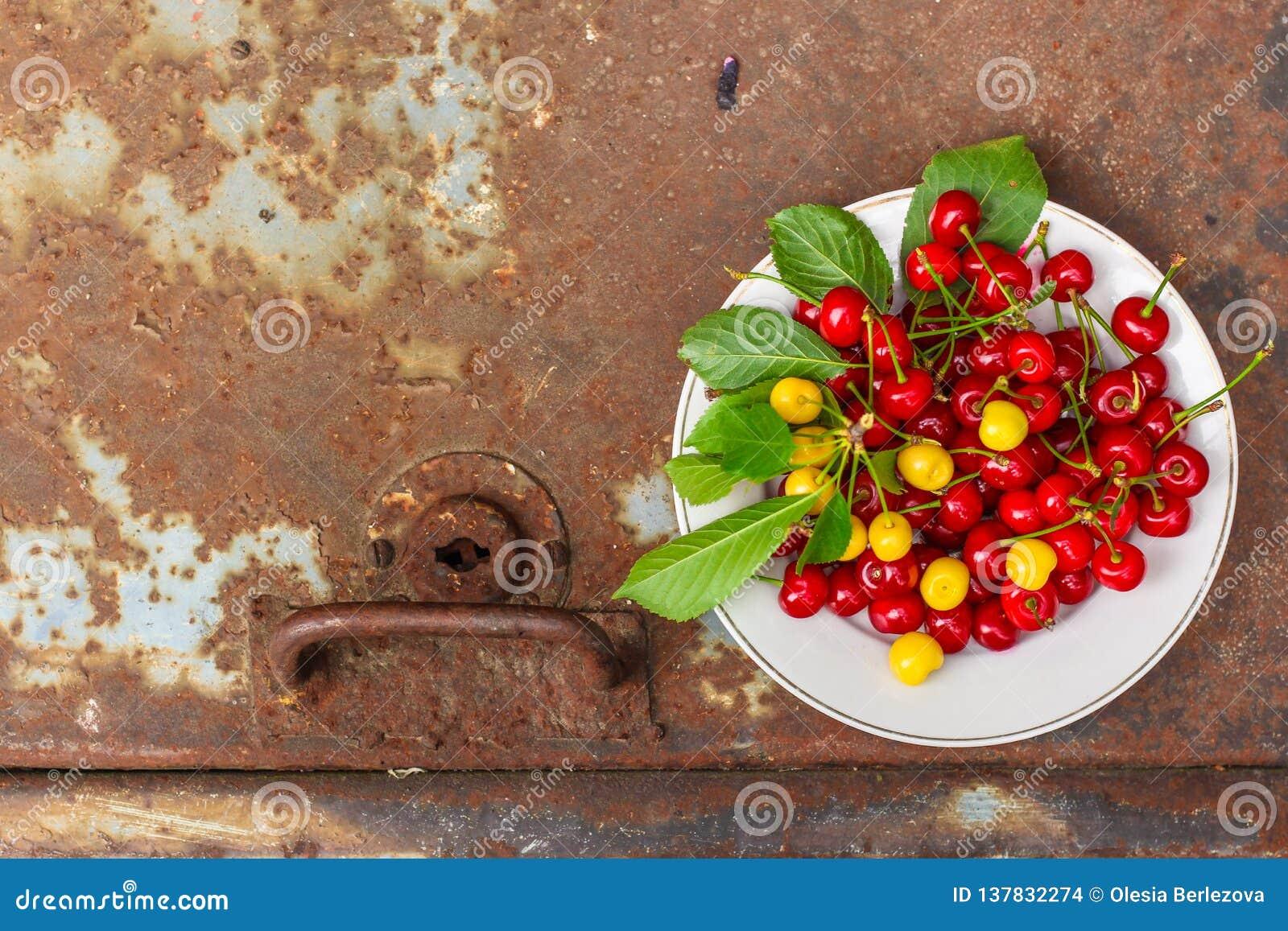 Körsbär, fruktbär, mogna och saftiga frukter för skörd Bästa kopieringsutrymme många bakgrundsklimpmat meat mycket