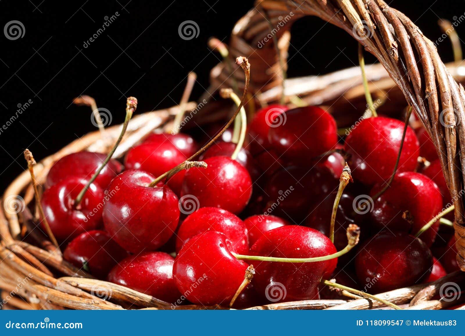 Körsbär i korgen
