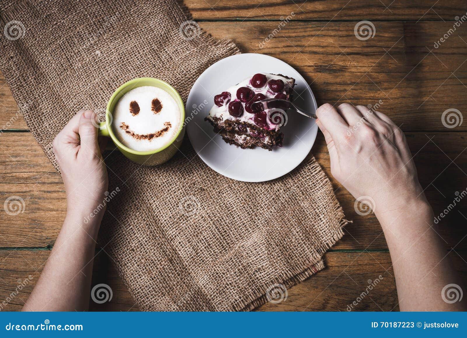 Körsbärsröd kaka med kaffe på träbakgrund