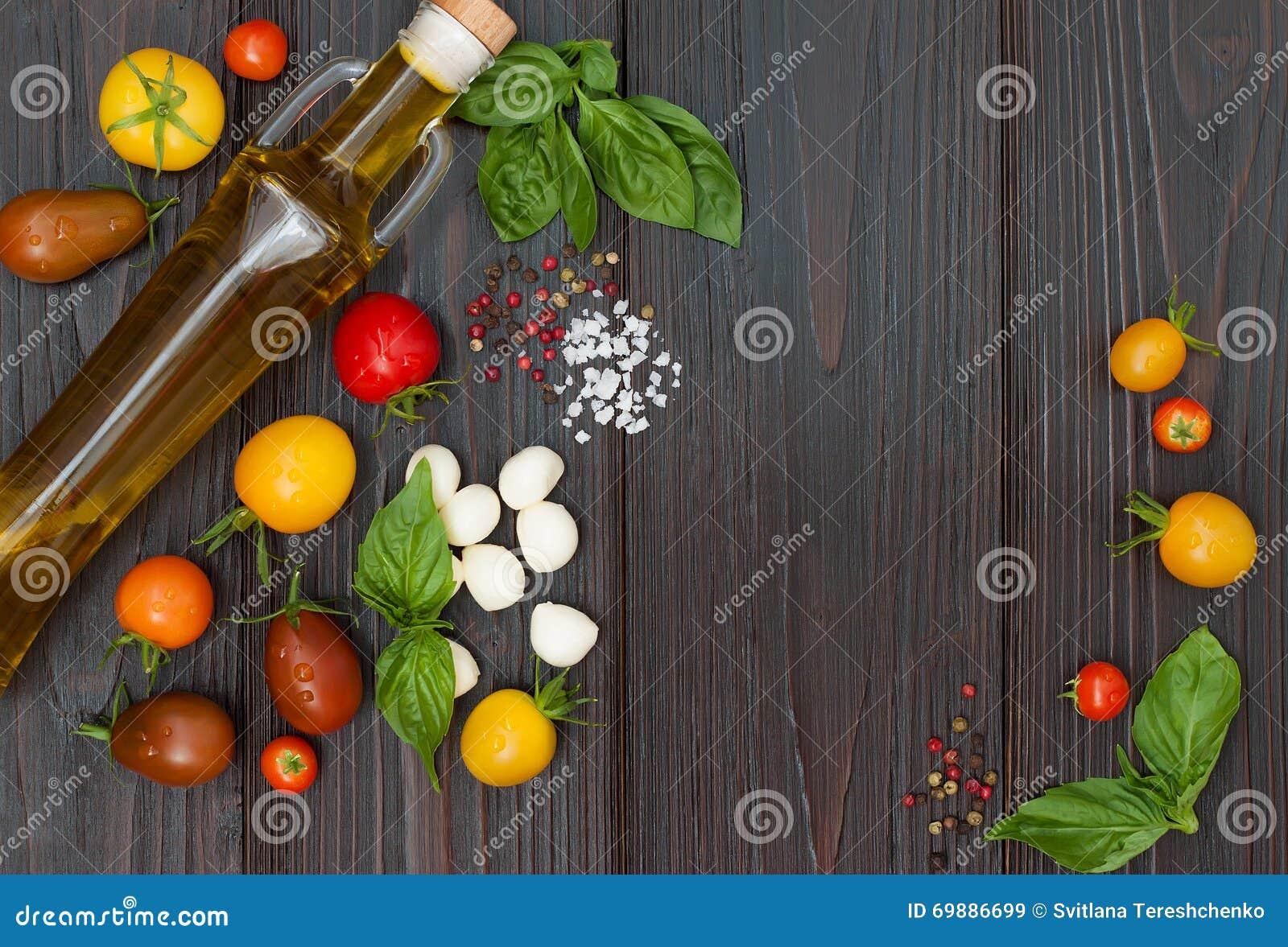 Körsbärsröda tomater, mozzarella, basilikasidor, kryddor och olivolja från över Italienska caprese salladreceptingredienser