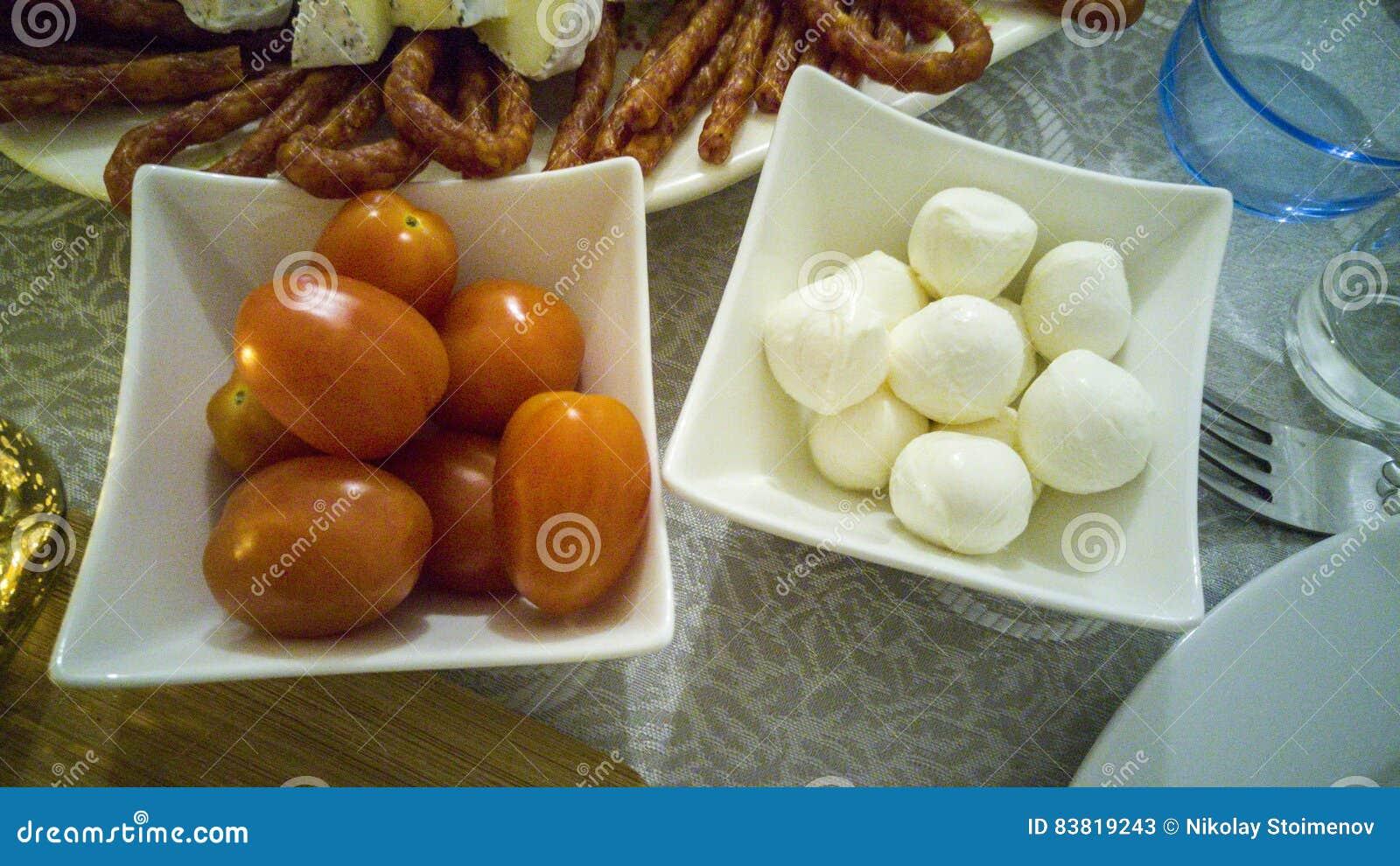 Körsbärsröda tomater och mozarellaboll