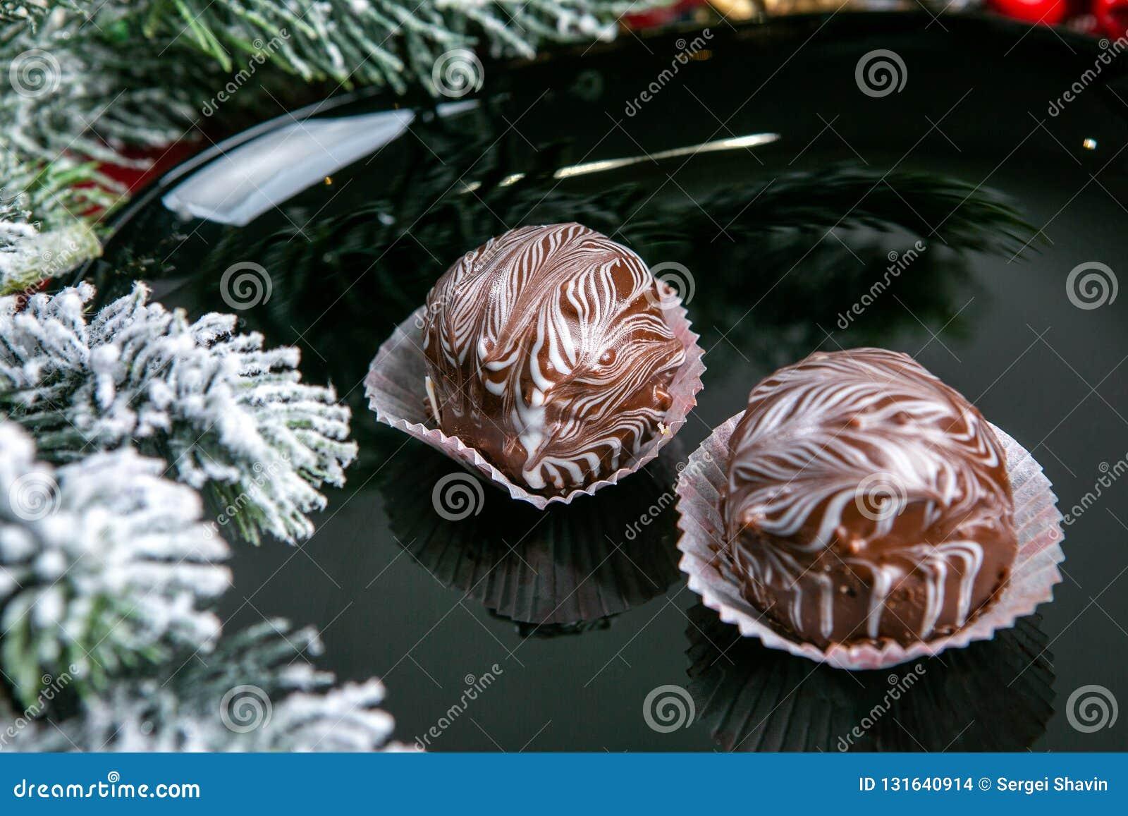 Köstliche dunkle Schokoladenkuchen bedeckt mit glasiert Geschmackvolle Nachtischnahrung im Abschluss oben Schokoladennachtische d