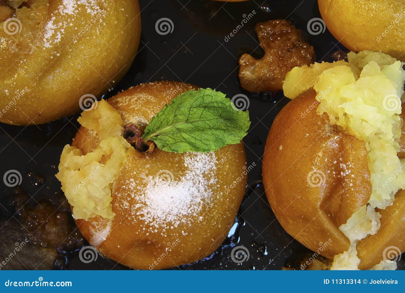 Köstliche gebackene goldene Äpfel