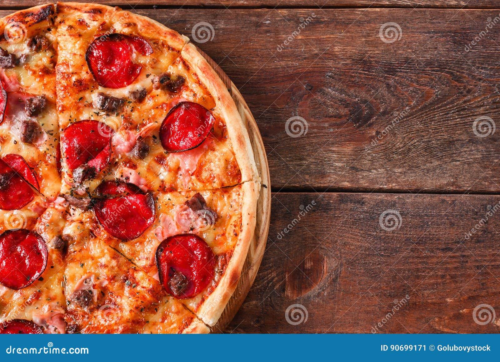 Köstliche Pizza mit Salami und Speck, flache Lage