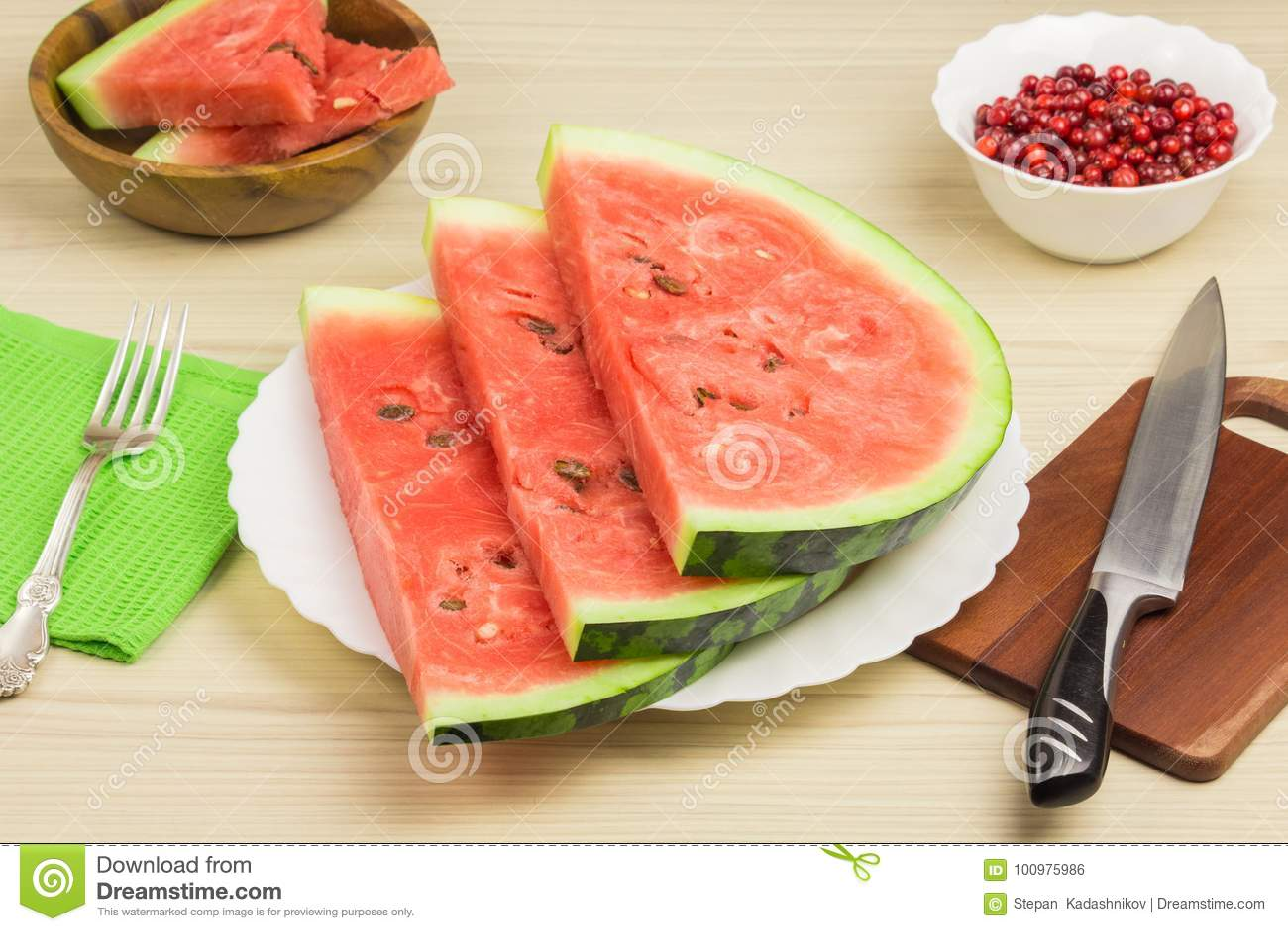 Köstliche Wassermelone auf einem hellen hölzernen Hintergrund Drei Scheiben reife rote Wassermelone der Beeren auf einer weißen P