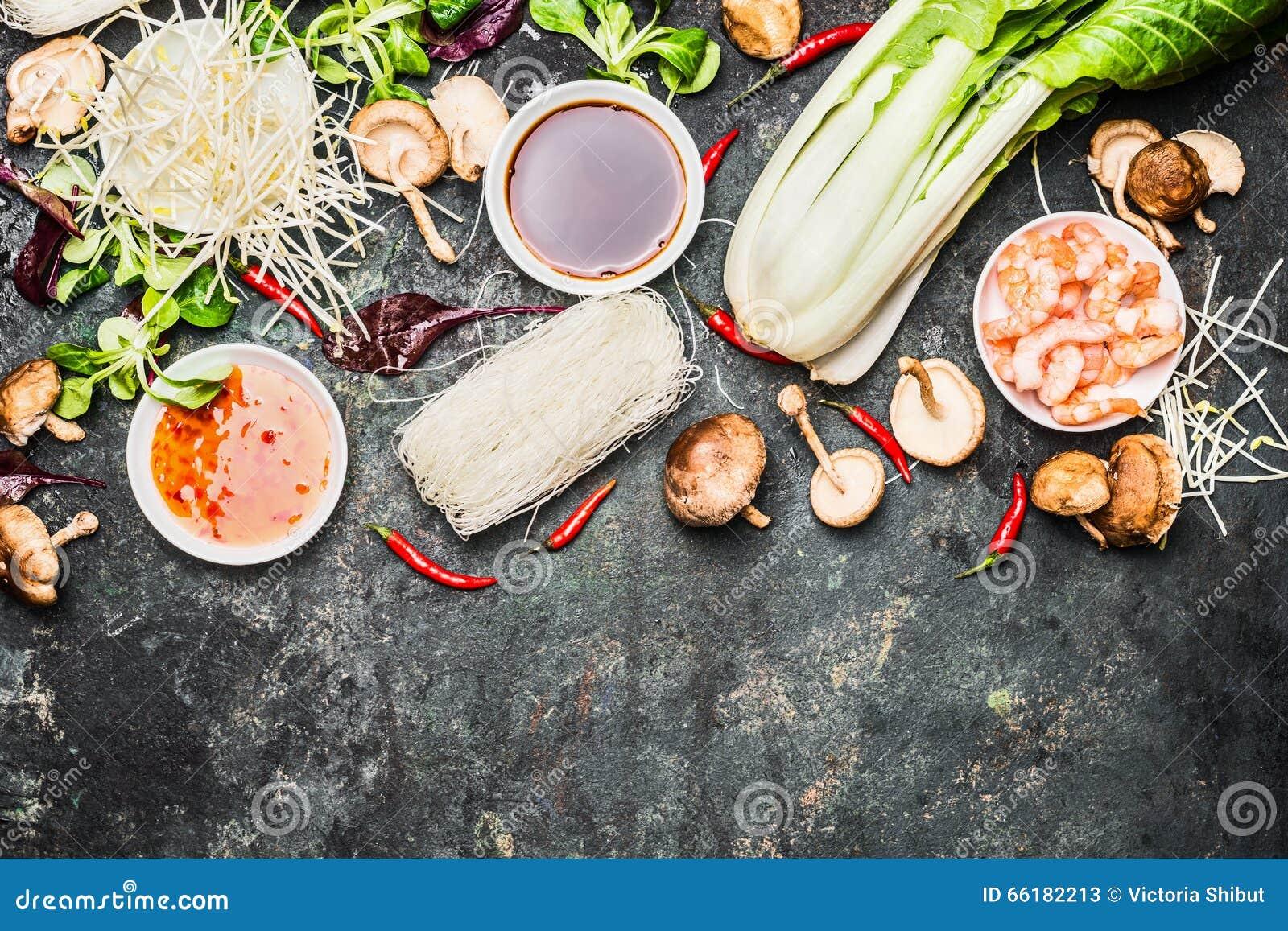 Köstlicher Asiat, der Bestandteile für thailändische oder chinesische Küche kocht