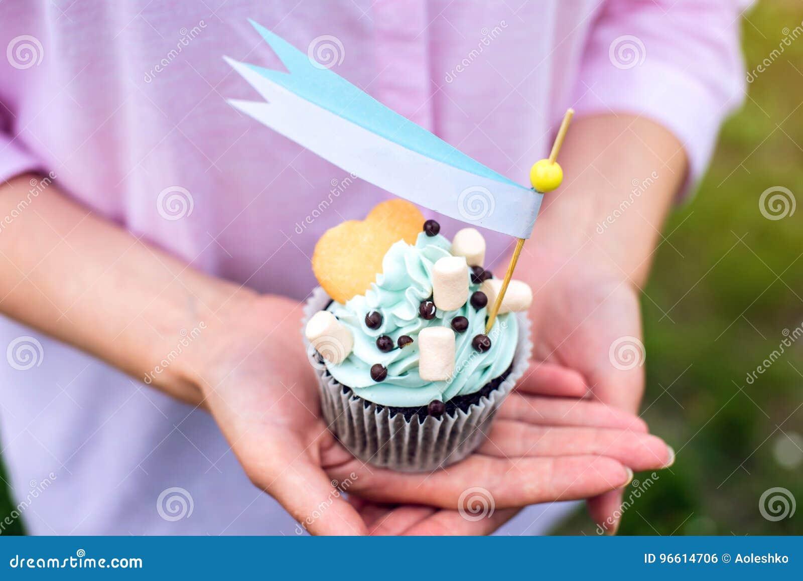 Köstlicher Kleiner Kuchen Mit Blauer Creme Und Eibischen In Den