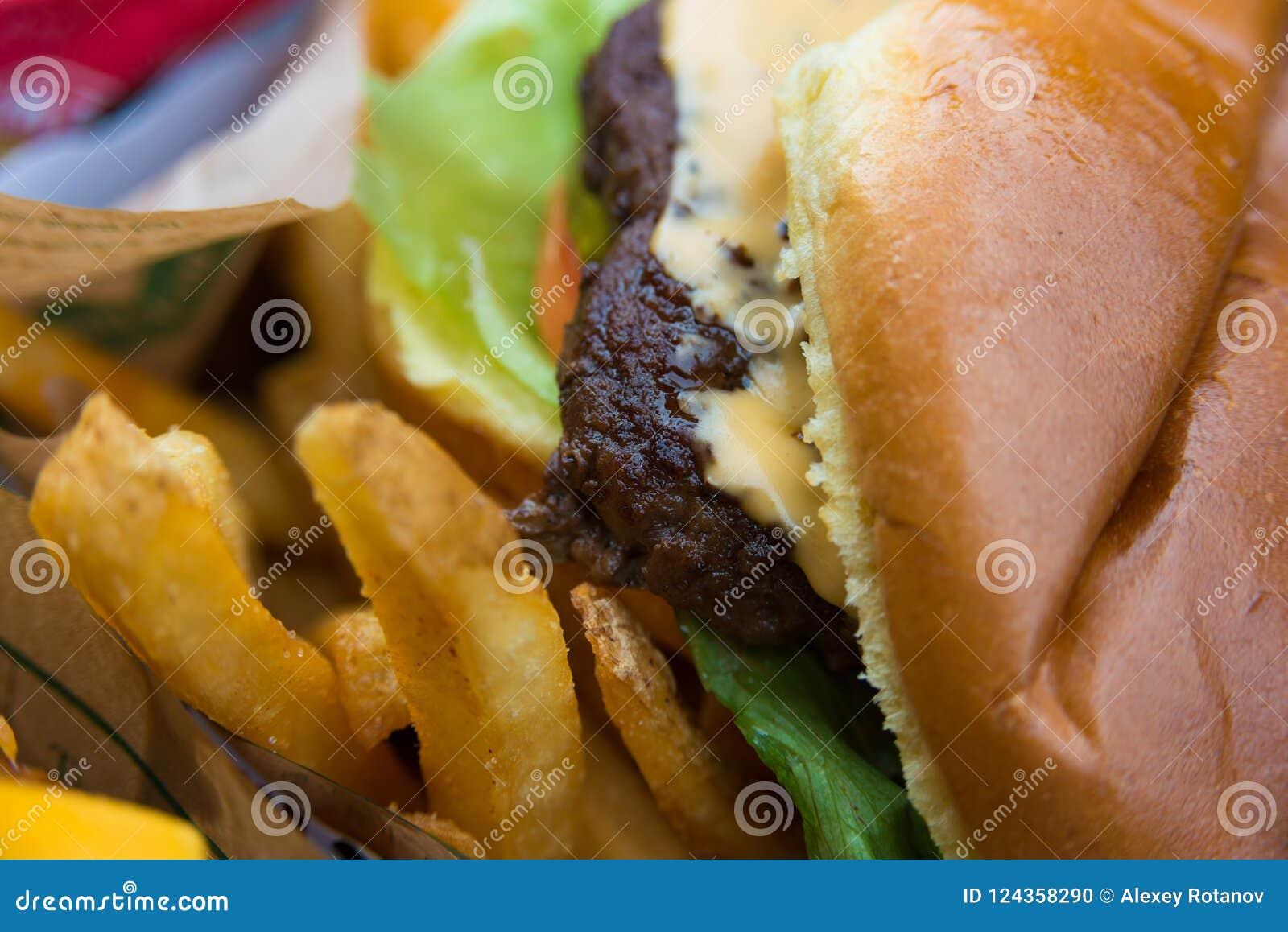 Köstlicher neuer Burgerabschluß oben Selektiver Fokus mit flacher Schärfentiefe