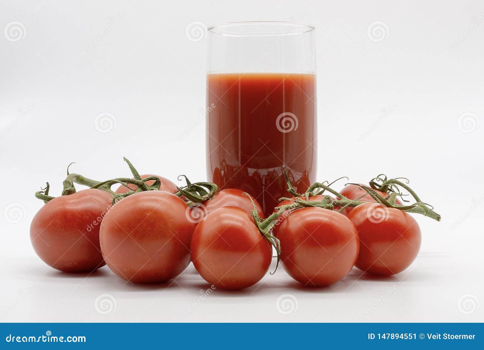 Köstlicher Tomatensaft und eine Hand voll von Früchten