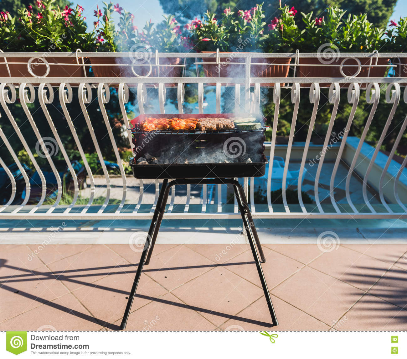 grill kleiner balkon cheap grill kleiner kugelgrill fr den balkon und garten rosa neu with. Black Bedroom Furniture Sets. Home Design Ideas