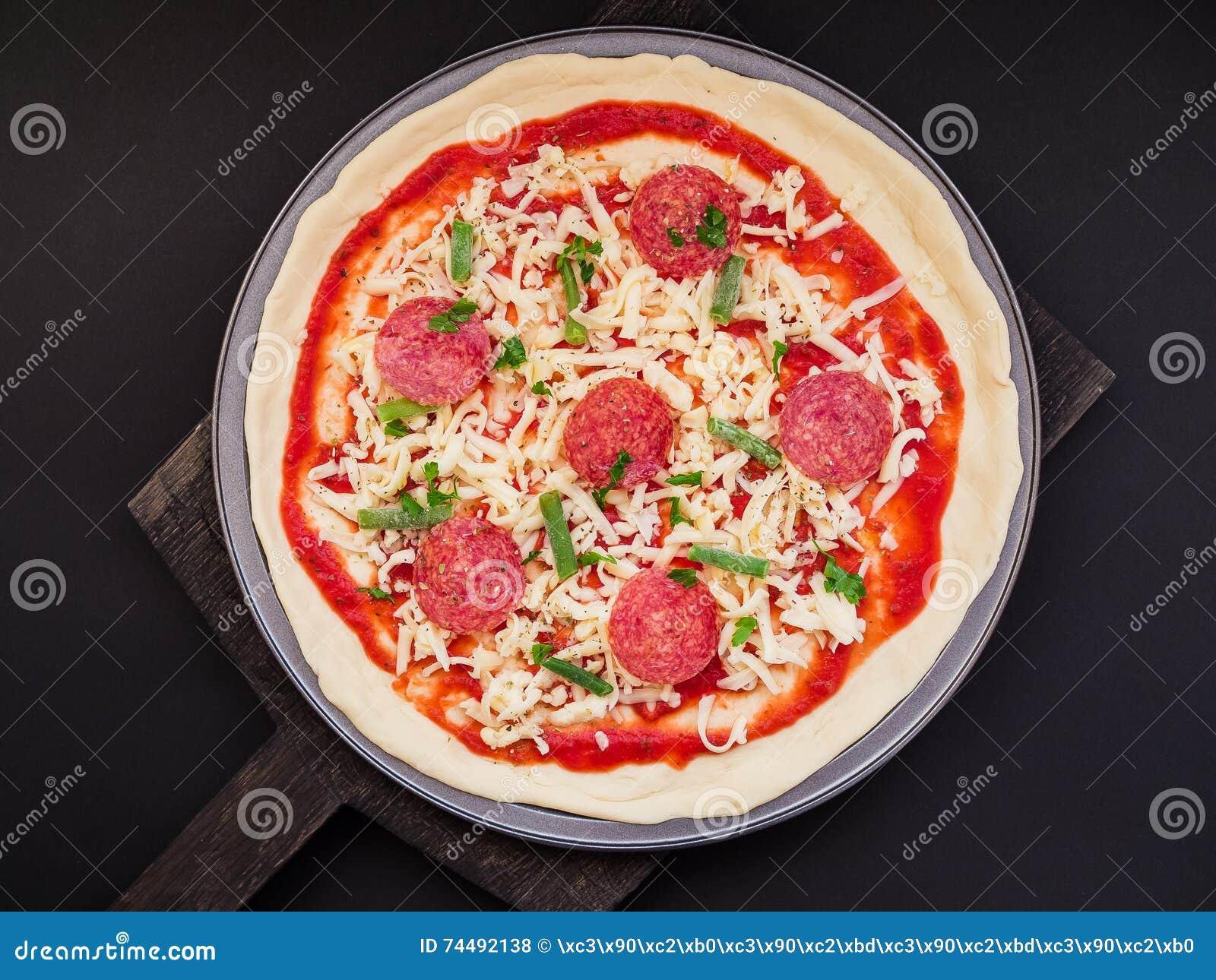 Köstliches italienisches Salami-Pizza-Foto