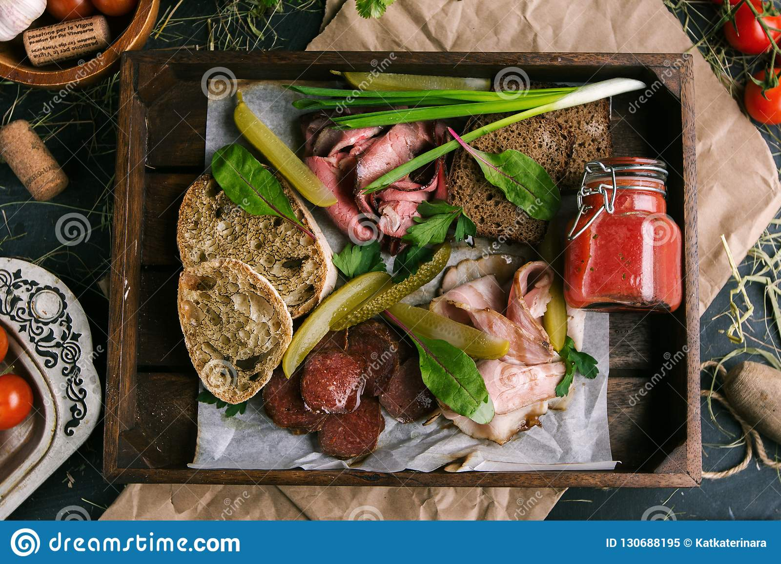 Köttmellanmål med rostat bröd och grönsaker i en restaurang