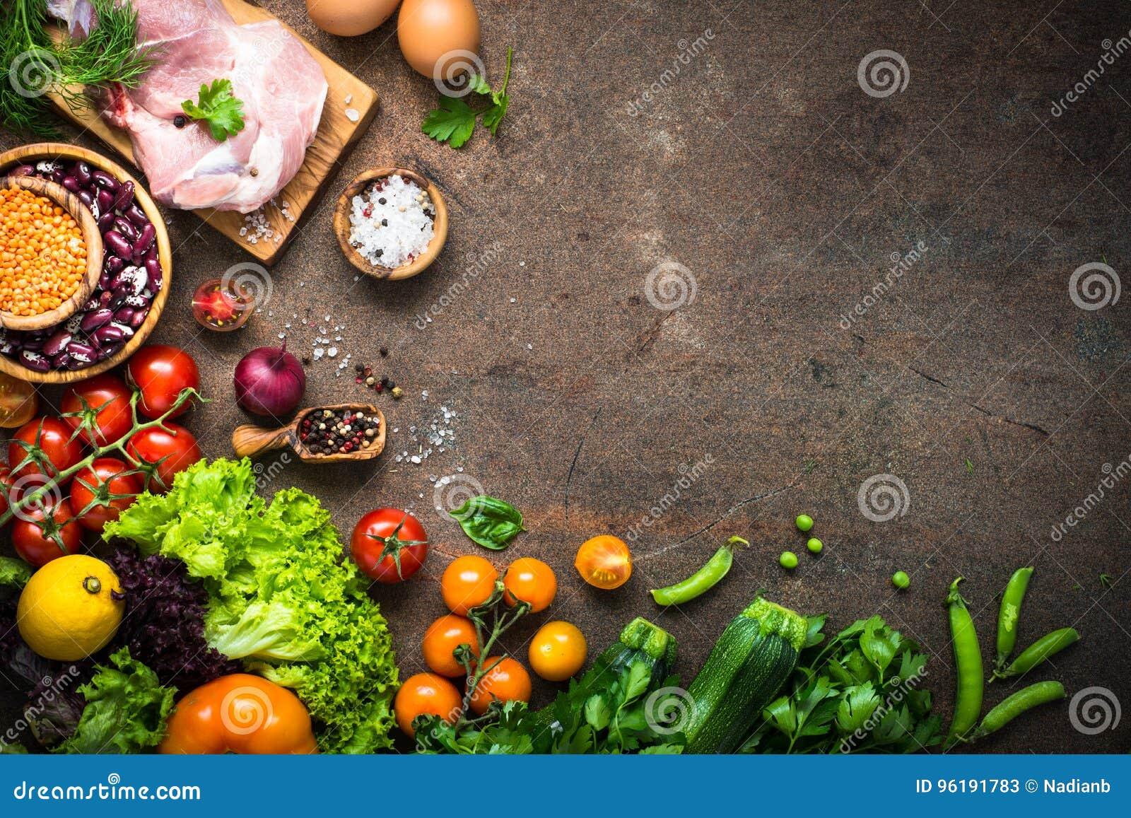 Köttostbönor och grönsaker på den mörka stentabellen