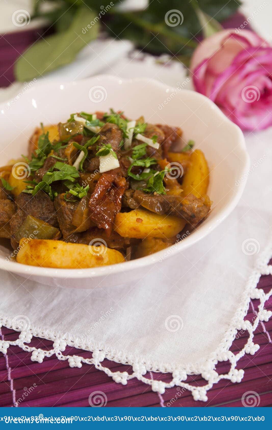 Köttragu med potatisar och kryddor, tomater, gurkor och gräsplaner goulash