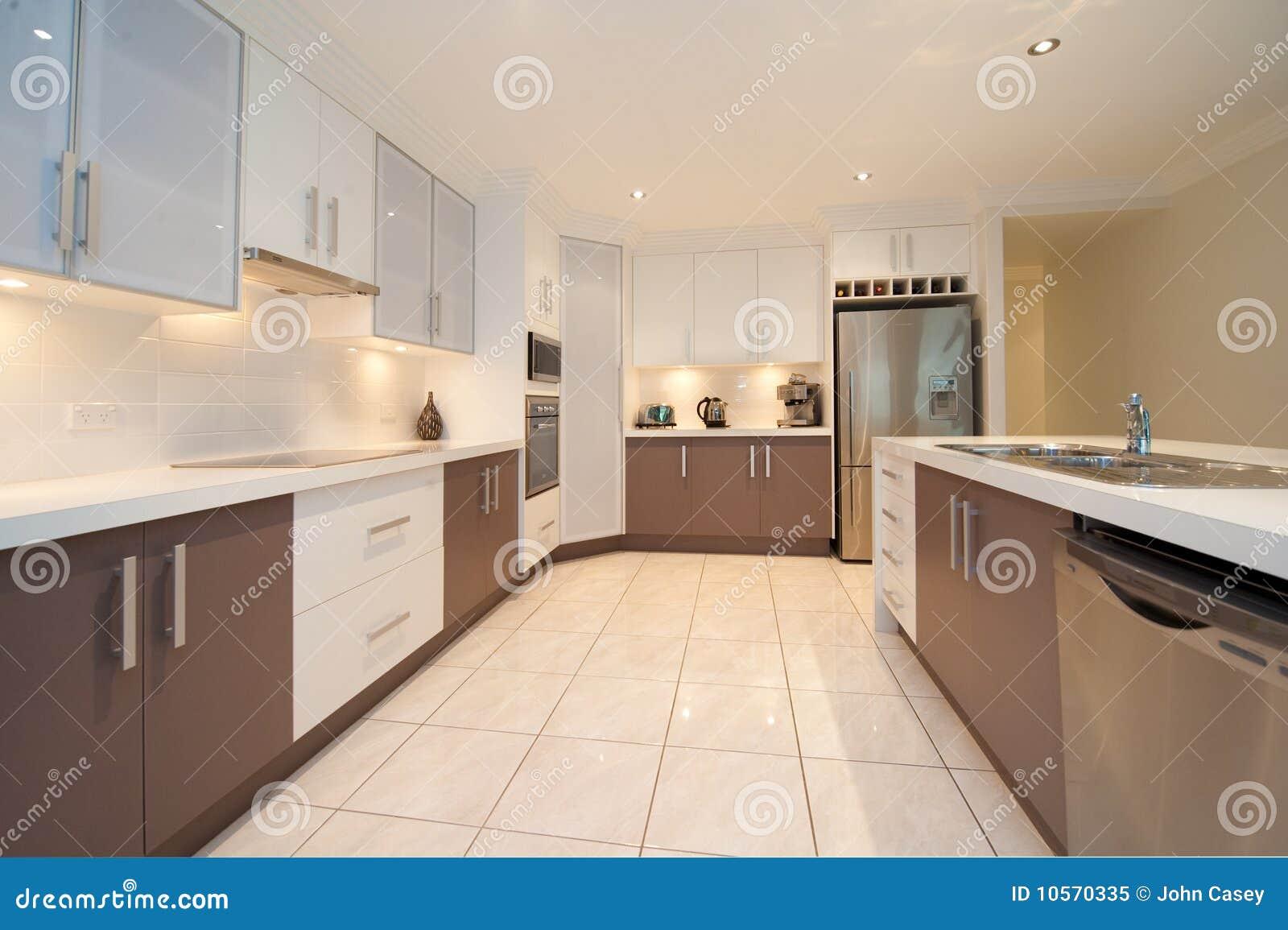 Küche Mit Weißen Bänke, Braunen Schränken Und Edelstahl Applianes