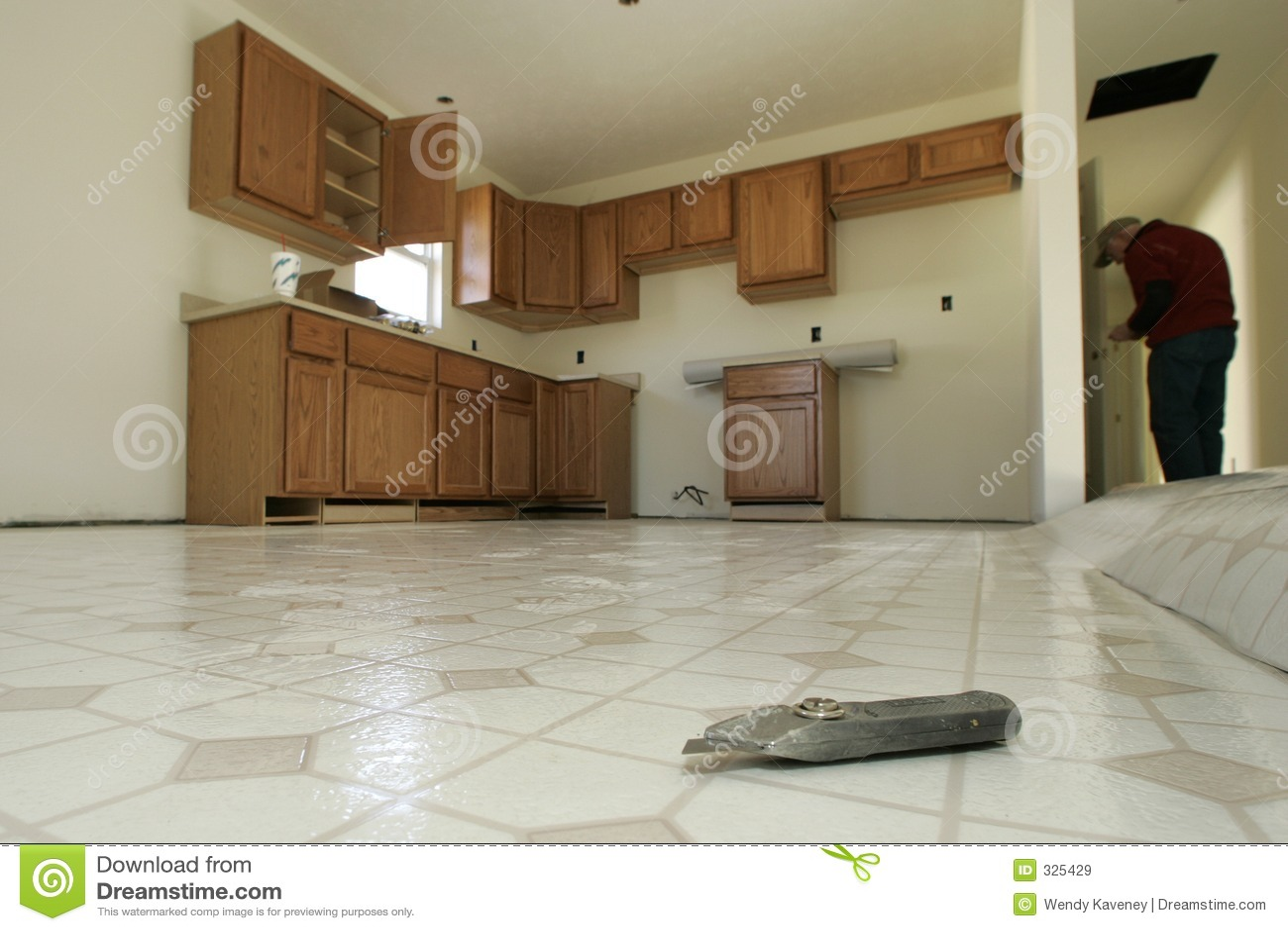 Fußboden Küche ~ Küche fußboden einbau stockbild bild von zubehör arbeiter