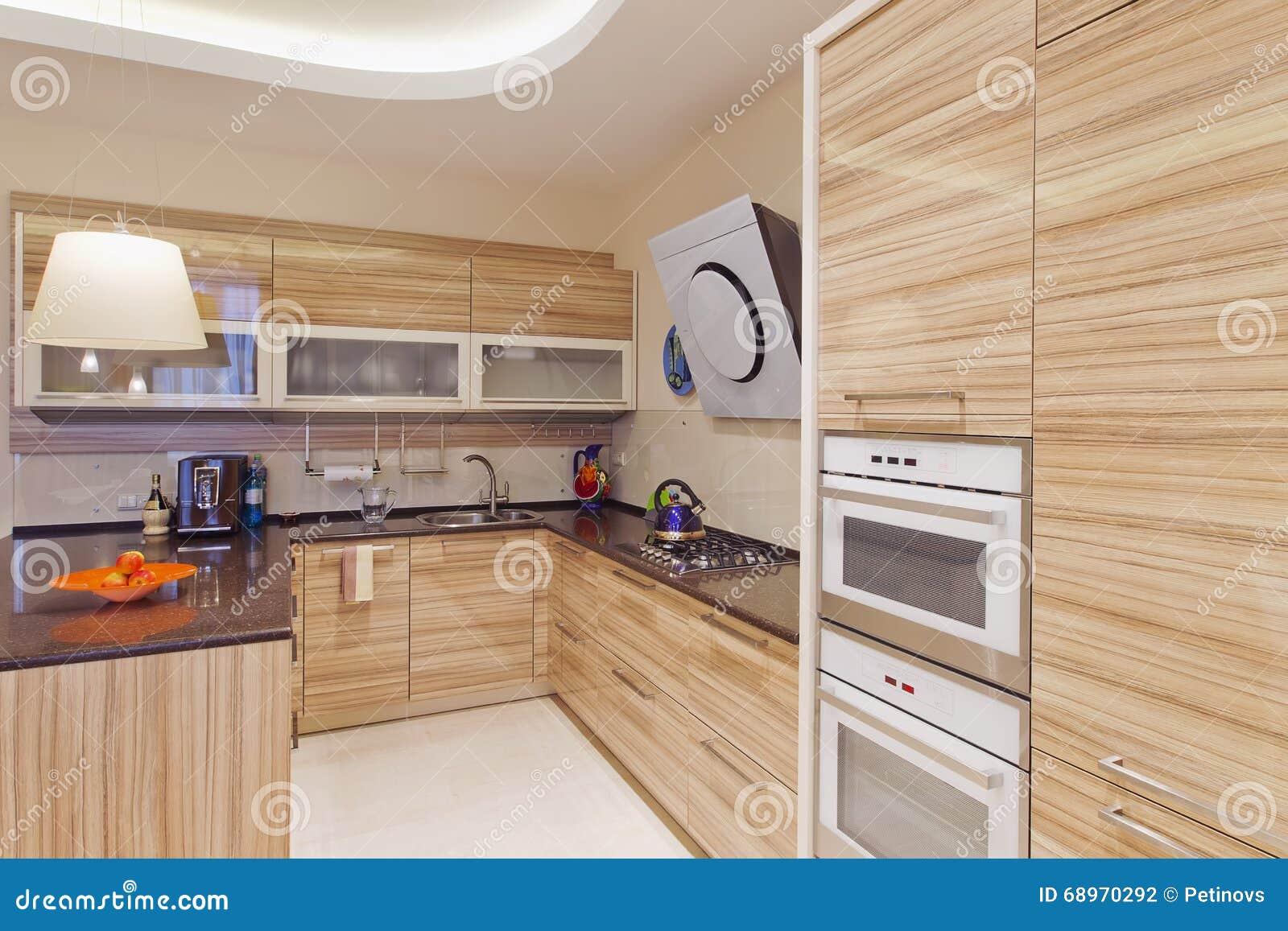 Küche Im Luxushaus Mit Großer Mittelinsel Stockfoto - Bild von möbel ...