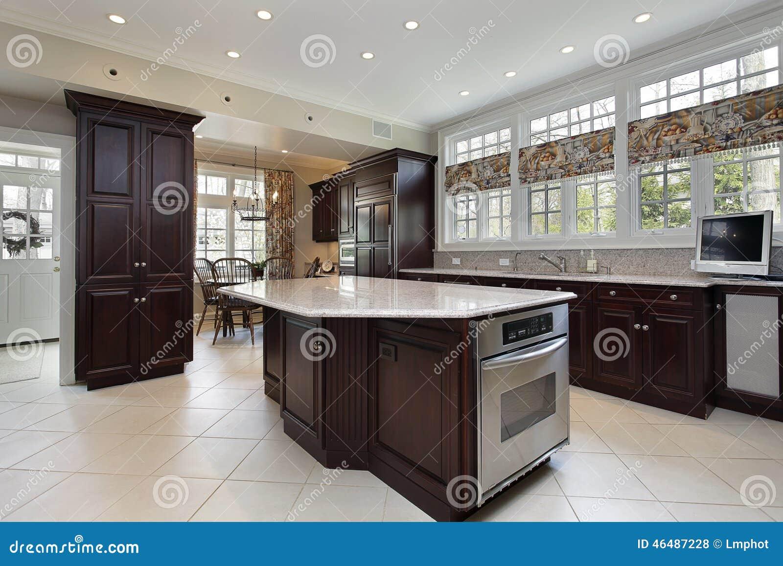 Küche Im Luxushaus Mit Mittelinsel Stockfoto - Bild von mahlzeit ...