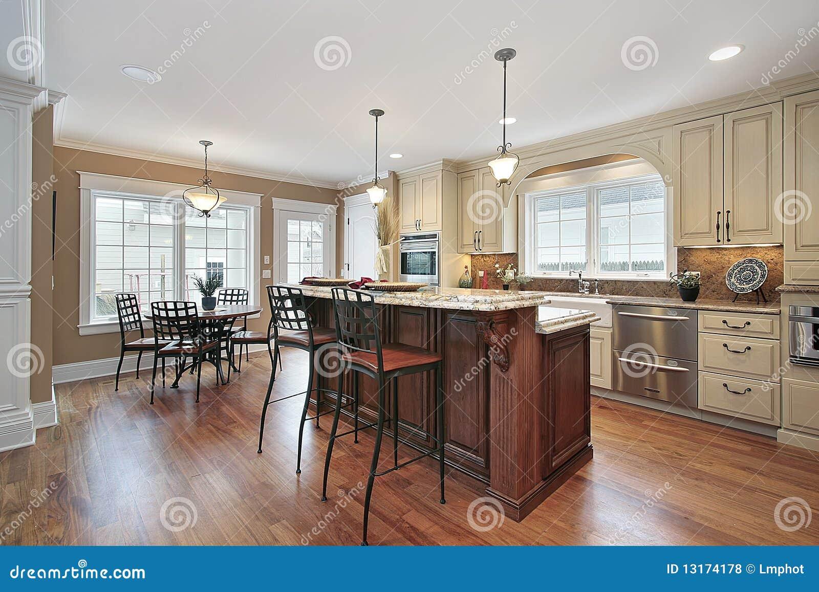 Küche Mit Abgestufter Insel Zwei Stockfoto - Bild von möbel, speisen ...