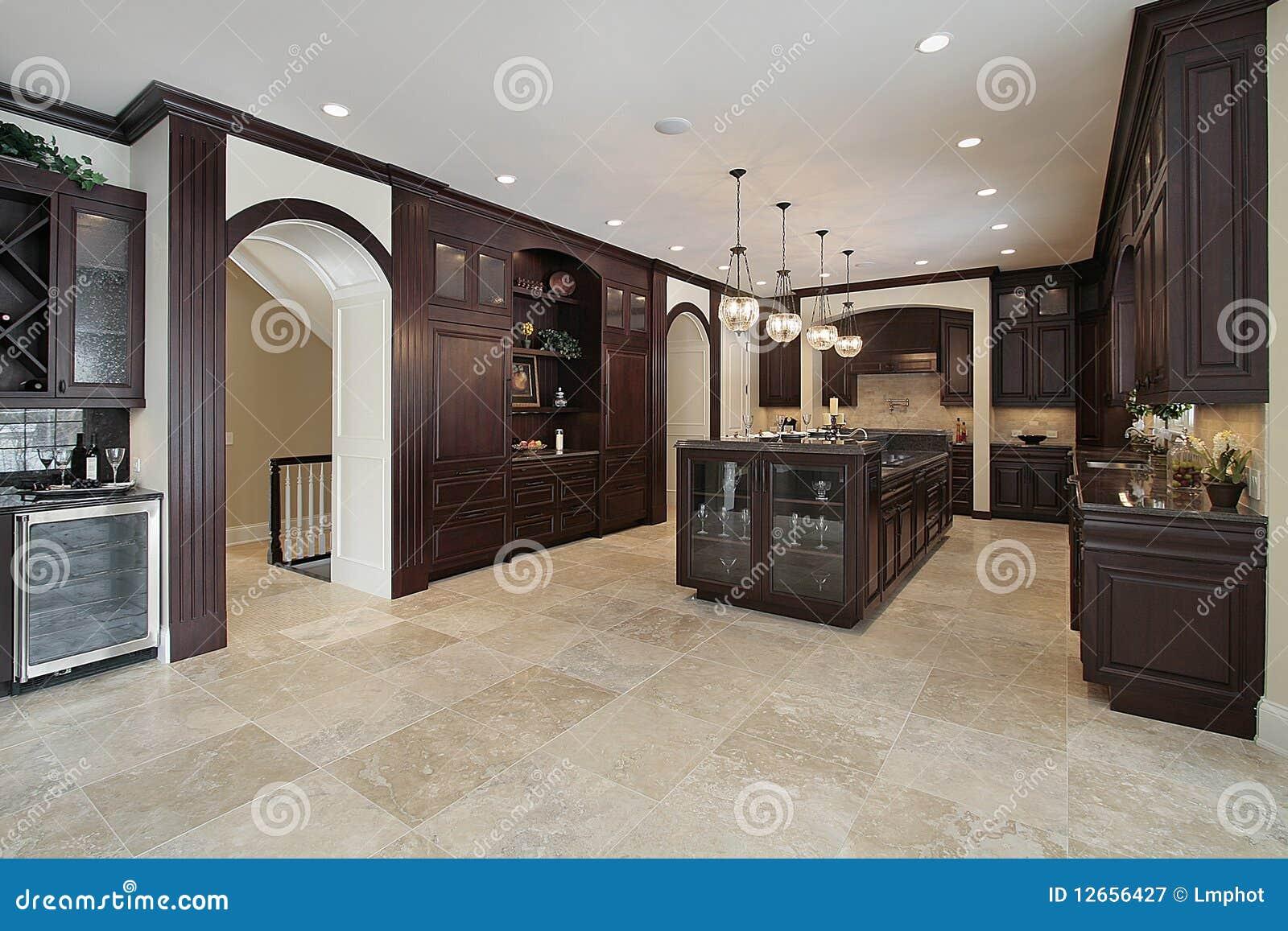 Küche mit dunklem hölzernem Cabinetry