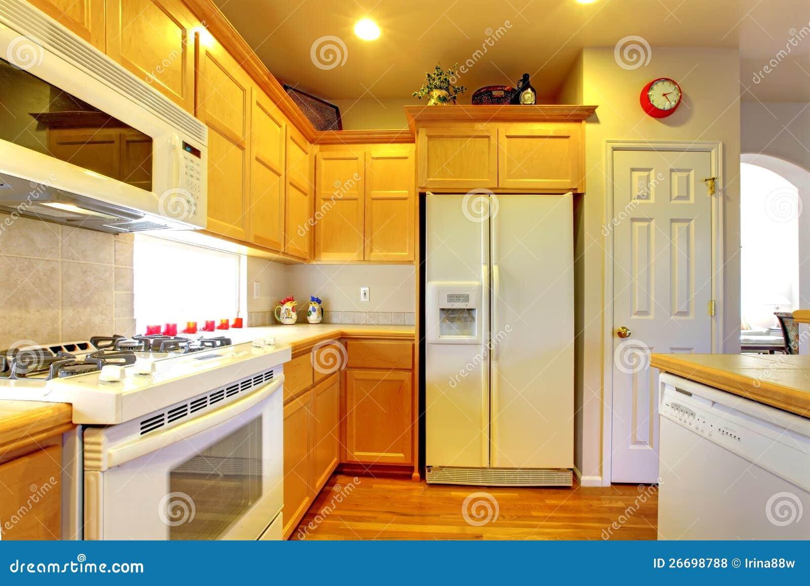 Küche Mit Gelben Hölzernen Kabinetten Stockfoto - Bild von inside ...