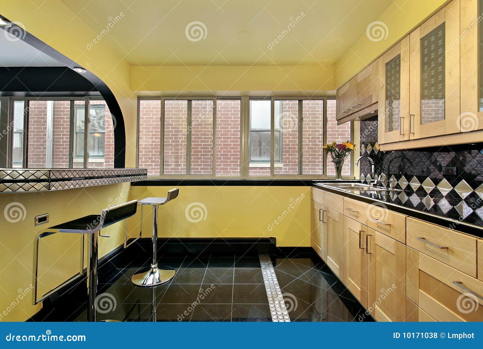 Küche mit gelben Wänden stockfoto. Bild von wohnung, vorrichtungen ...