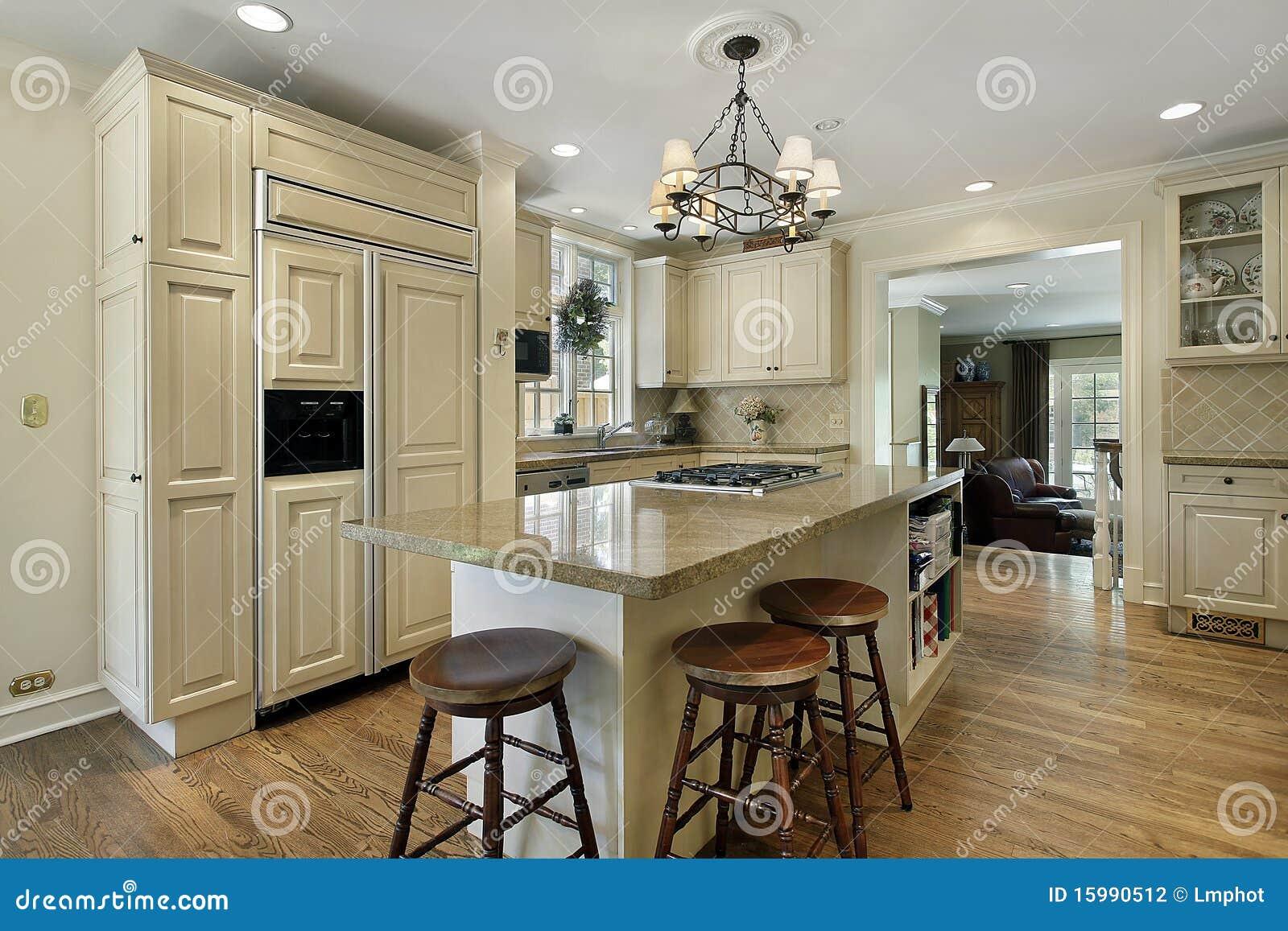 Küche Mit Großer Mittelinsel Stockfoto - Bild von wohnsitz, granit ...