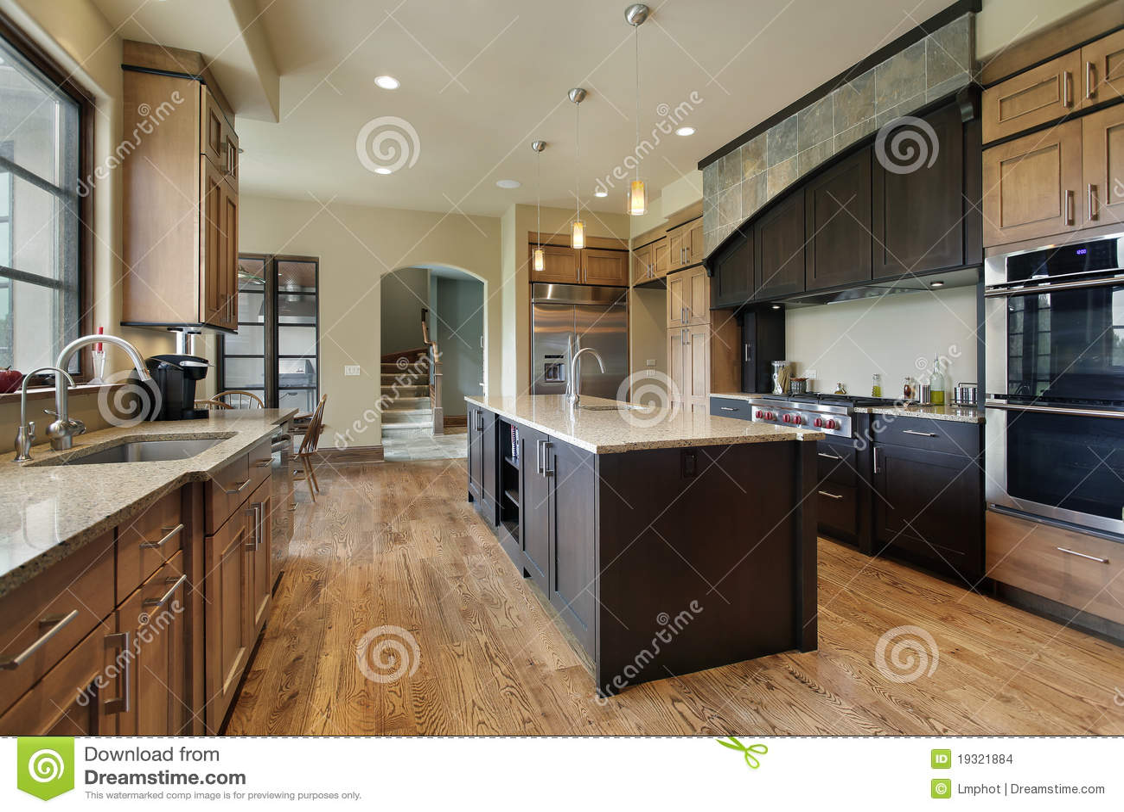 Küche Mit Großer Mittelinsel Stockfoto - Bild von leben, modern ...