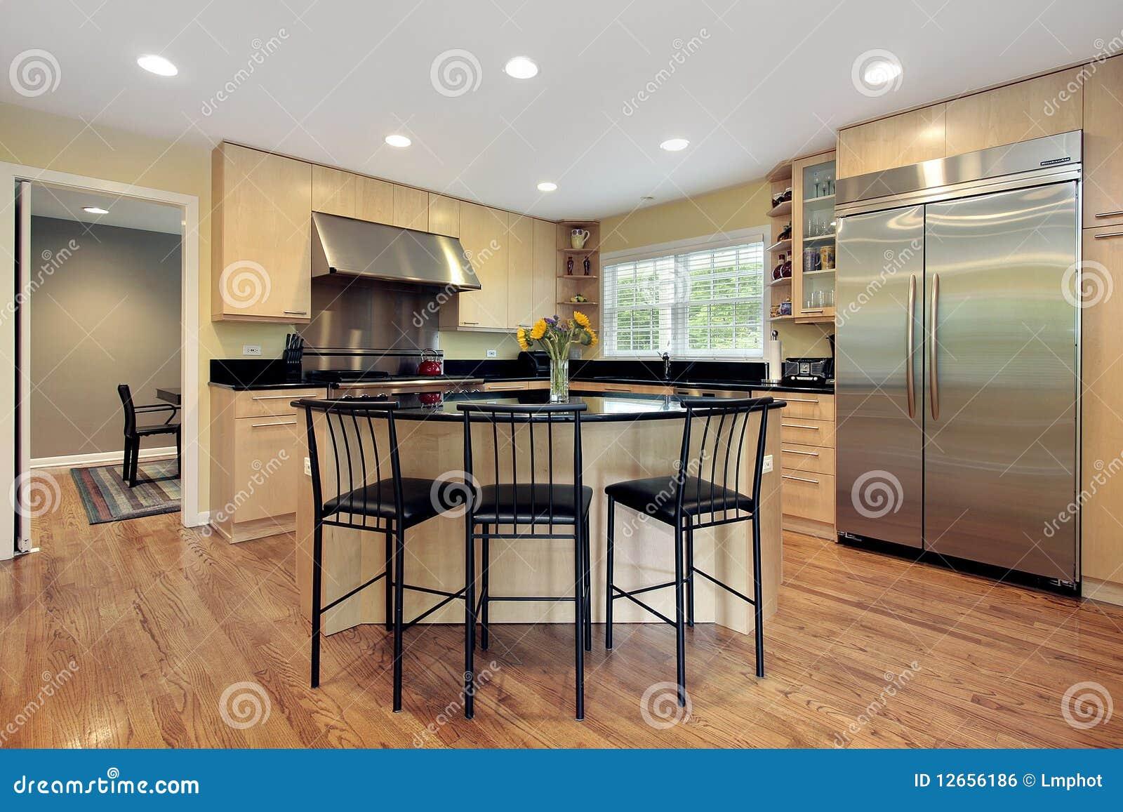 Küche Mit Insel Und Schemeln Stockfoto - Bild von schrank, upscale ...