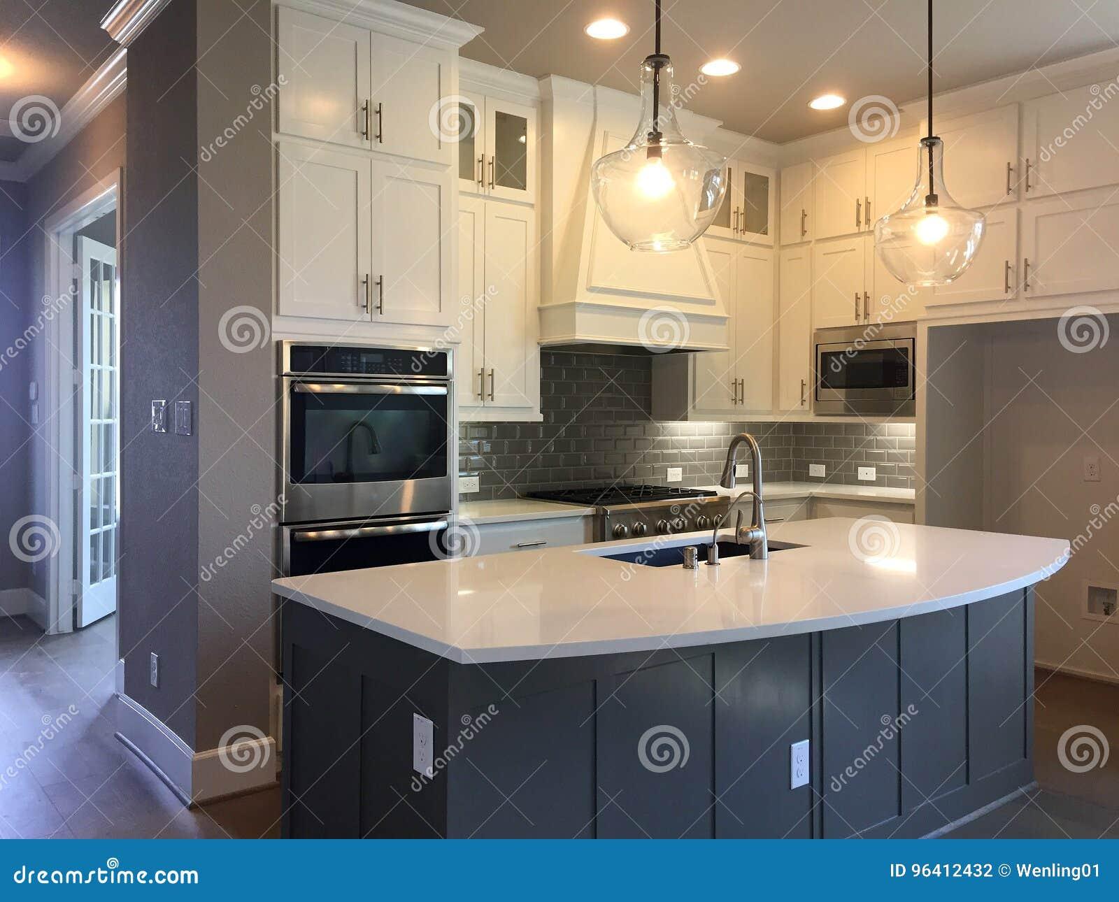 Küche mit Inselzählerdesign in einem neuen Haus