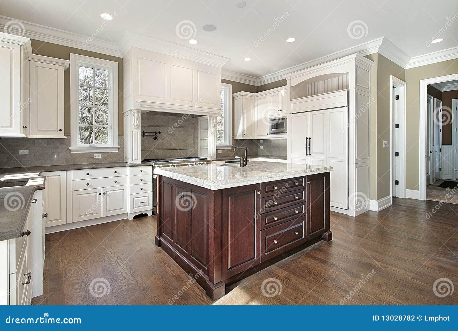 Küche mit Mittelinsel stockfoto. Bild von marmor, architektur - 13028782