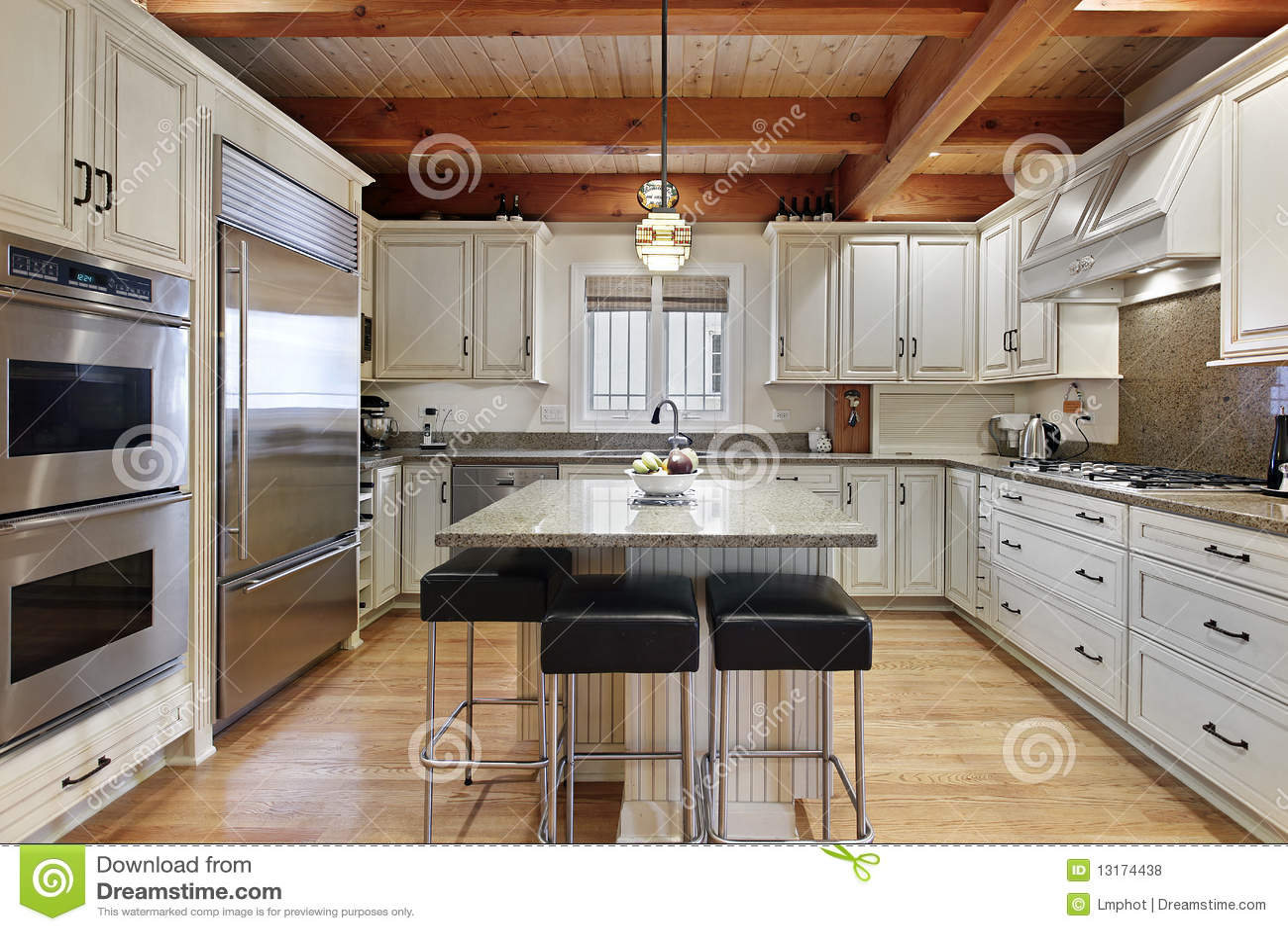 Küche mit Mittelinsel stockfoto. Bild von abendessen - 13174438
