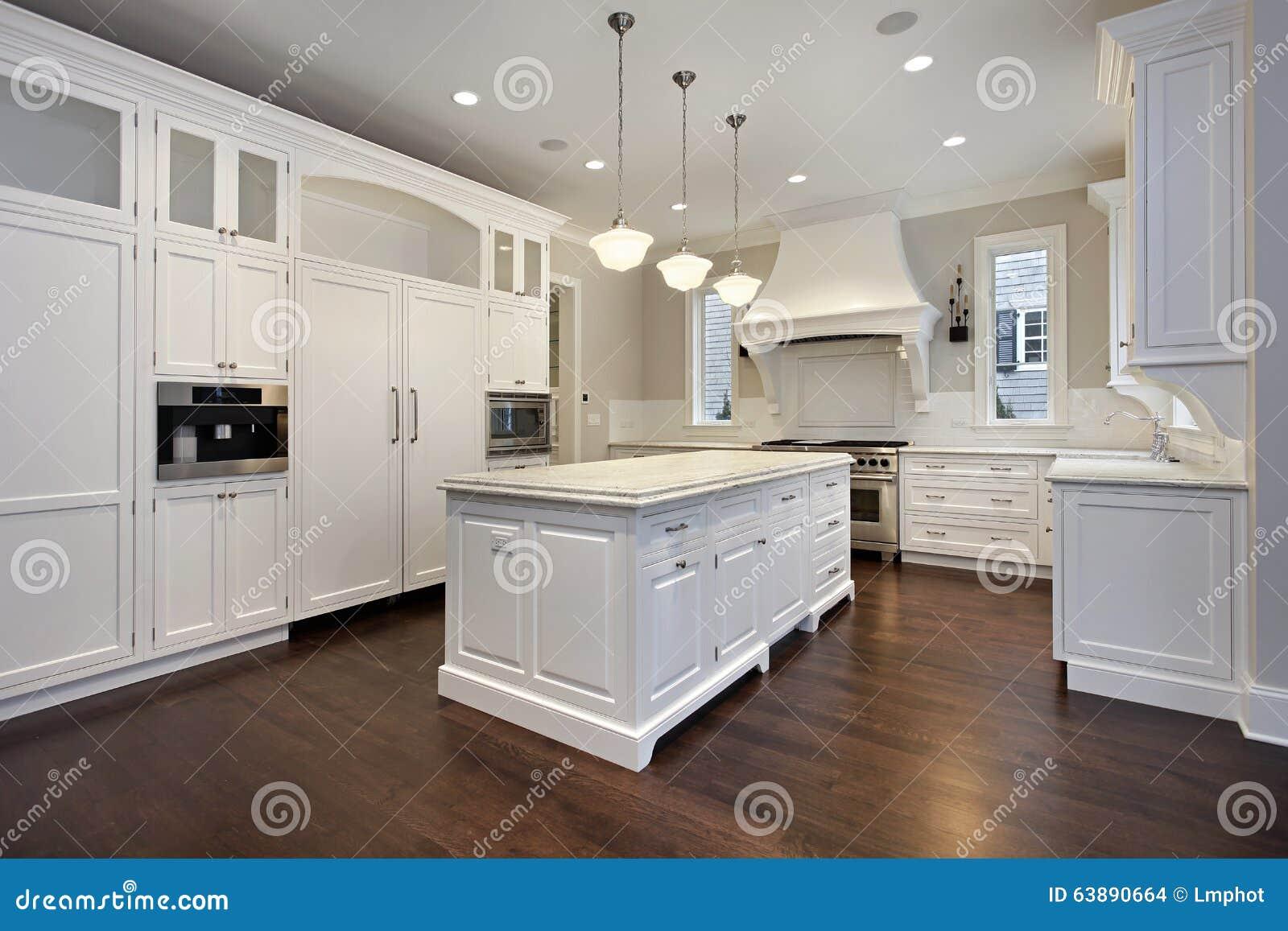 Küche mit Mittelinsel stockfoto. Bild von haus, decorate - 63890664