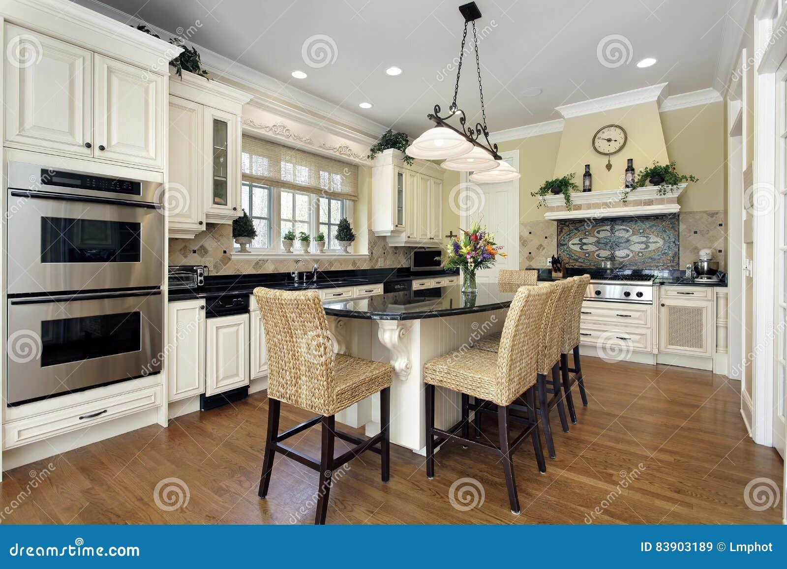Küche mit Mittelinsel stockbild. Bild von luxus, wohnsitz - 83903189