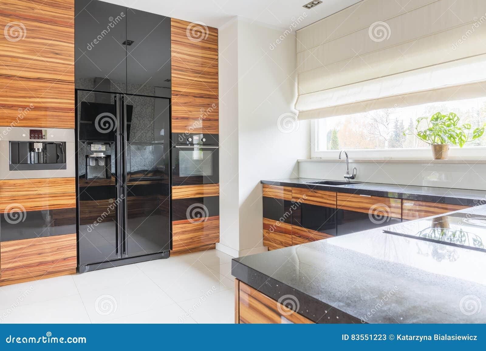 Kuche Mit Schwarzem Marmor Worktop Stockbild Bild Von Kuhlraum