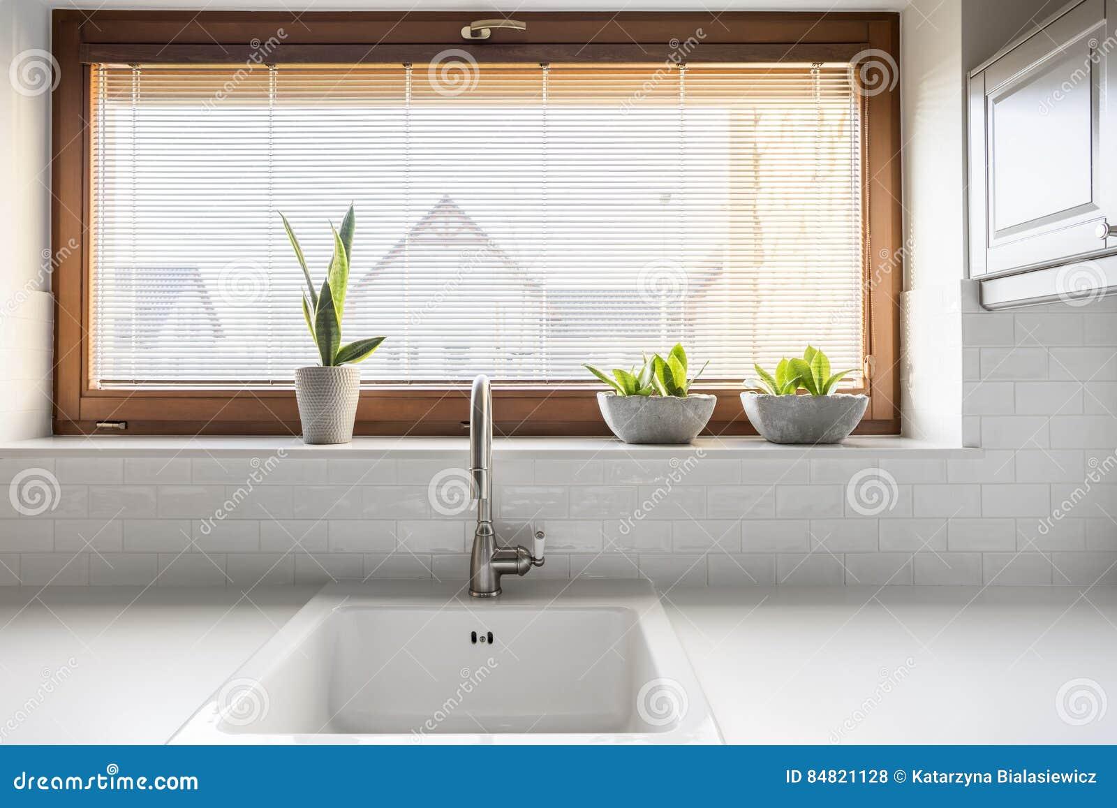 Küche Mit Wanne Und Fenster Stockfoto - Bild von küche, funktionell ...
