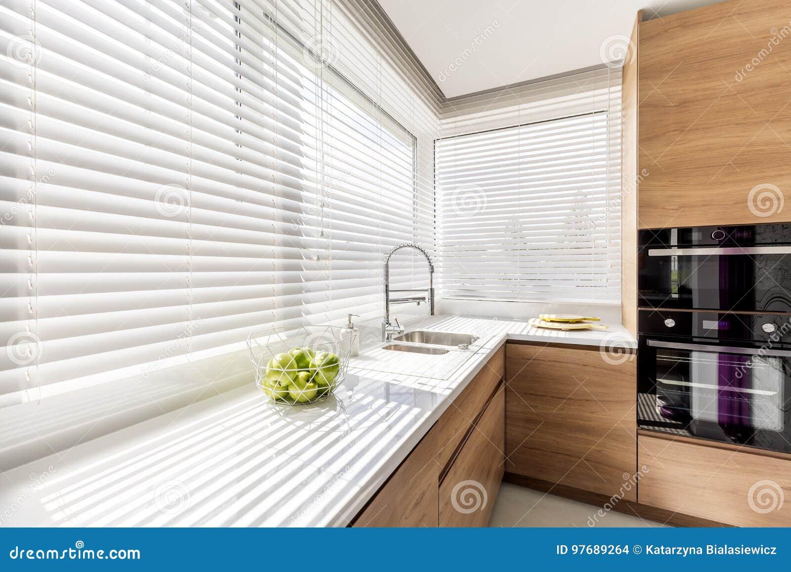 Küche mit weißen Jalousien stockfoto. Bild von dekor - 97689264