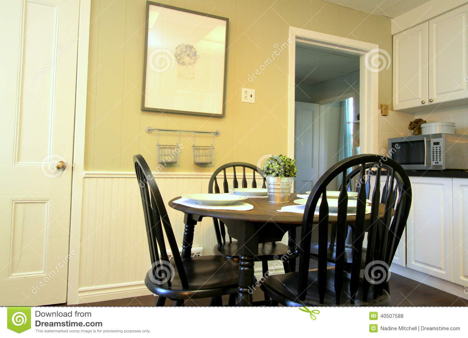 Küche Mit Weißen Kabinetten Und Rundtisch Und Stühle Stockfoto ...