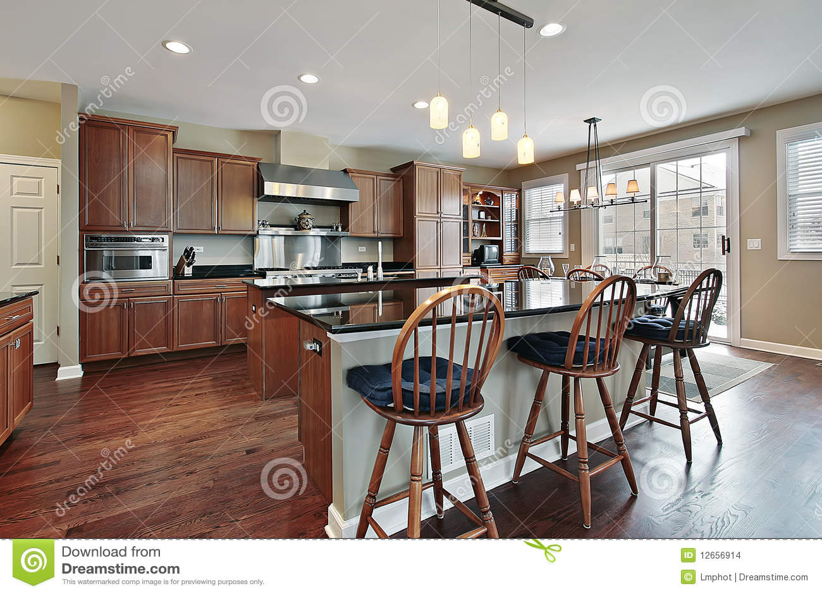 Küche mit zwei Inseln stockfoto. Bild von luxus, küche - 12656914