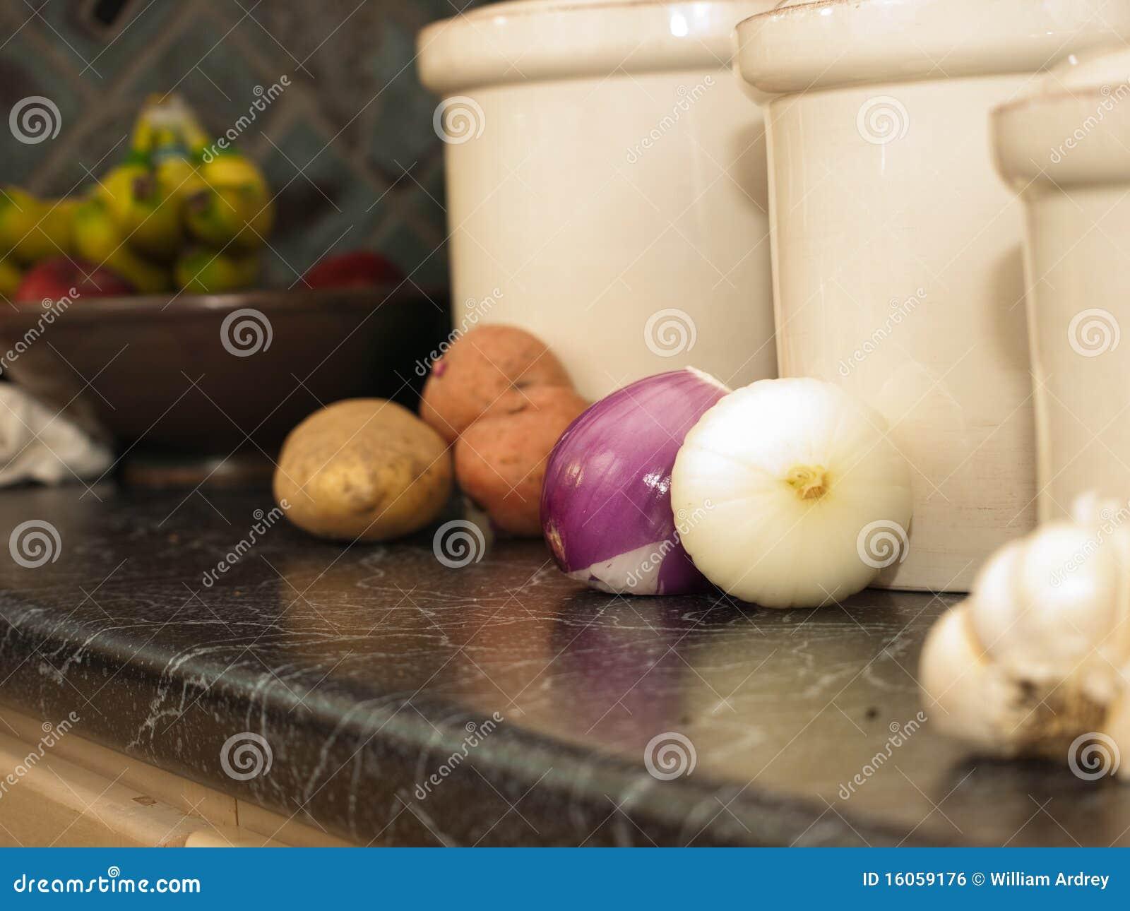 Küchekanister Für Kartoffeln Zwiebeln Und Knoblauch Stockfoto