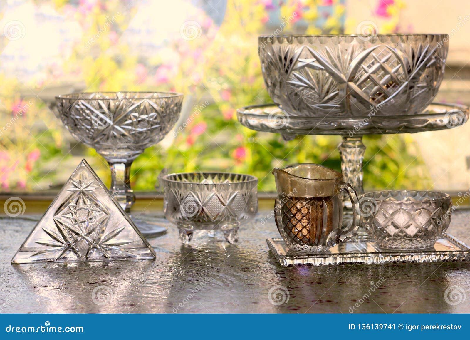 Küchen-Gerät, Sammlung der transparenten leeren Weinlese Crystal Glass Stemware Used, zum einer Tabelle für das Essen einer Mahlz