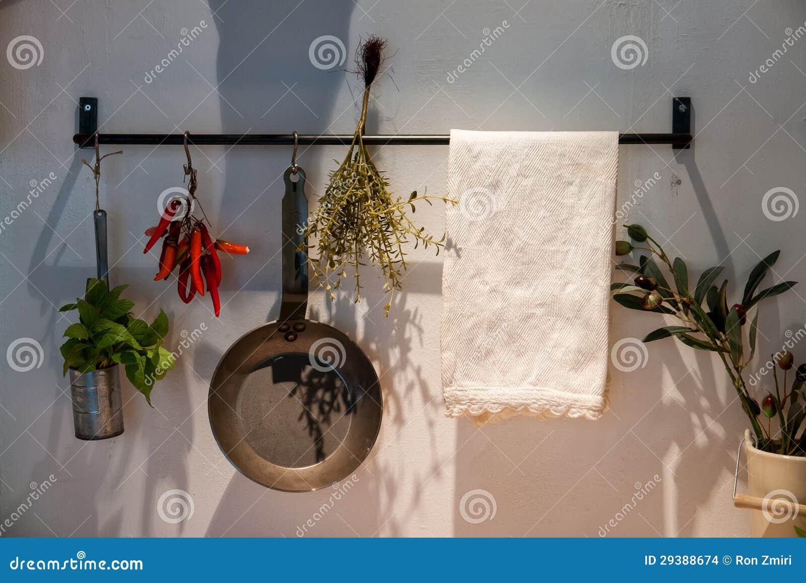 Küchendekoration küchendekoration mit hängenden potenziometern und wannen stockfoto