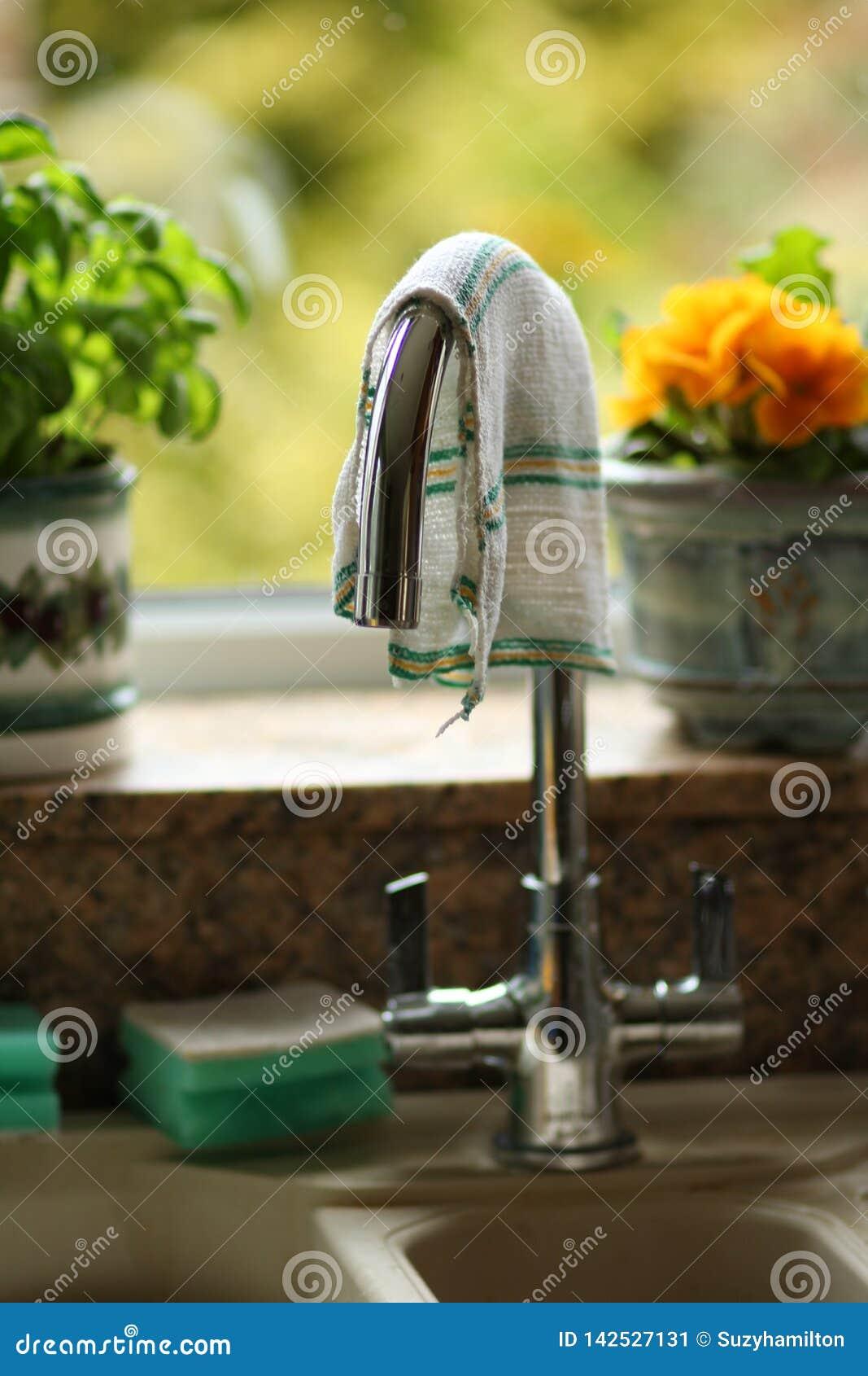 Küchenhahnmetallisches oben befestigt über Wanne in einem Hauptküchenabschluß