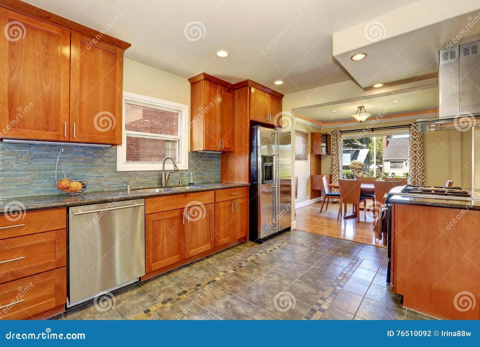 Kücheninnenraum Mit Fliesenbodenbelag Und Braunen Kabinetten ...