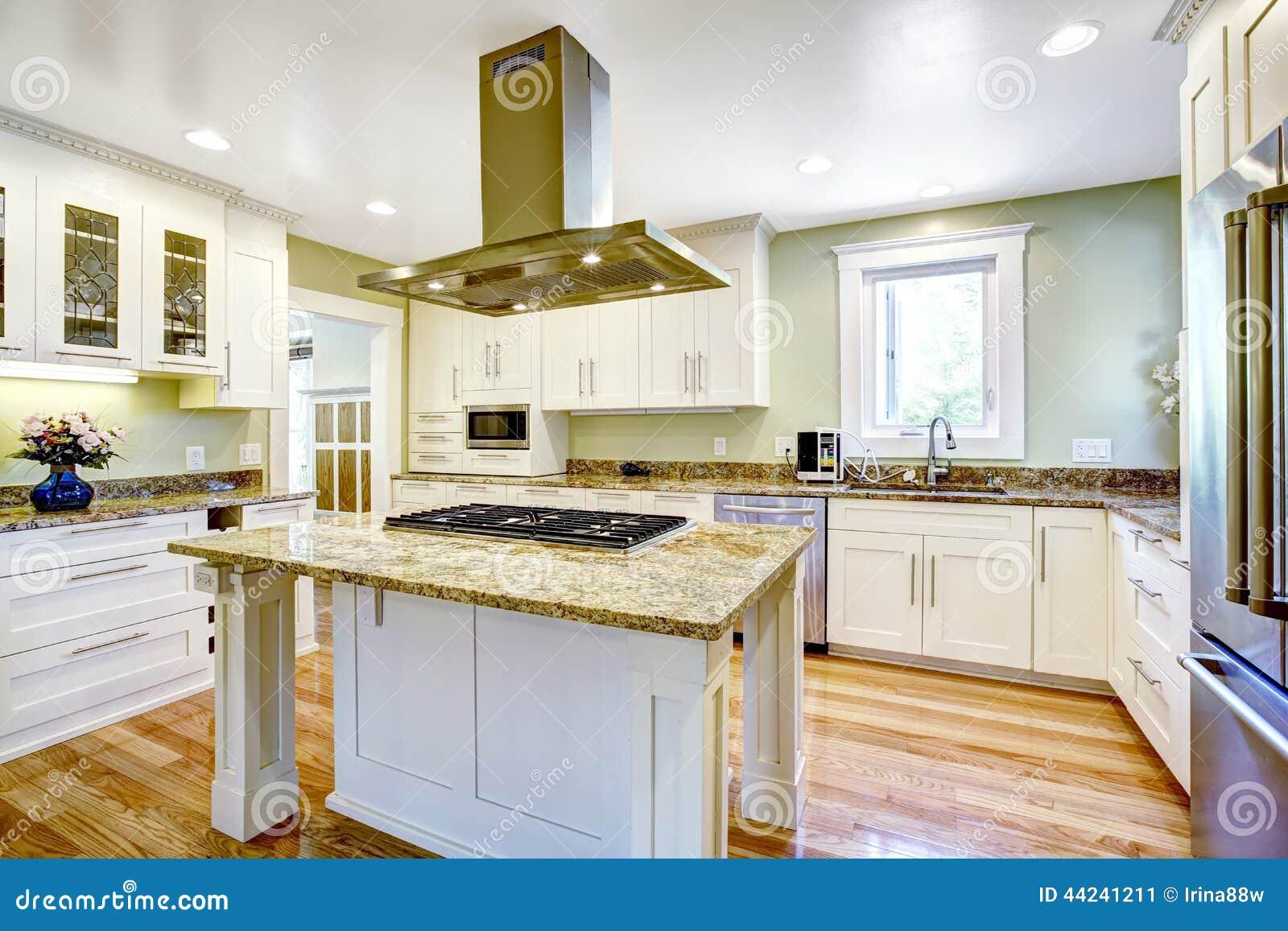Kücheninsel Mit Eingebautem Ofen, Granitspitze Und Haube Stockbild ...