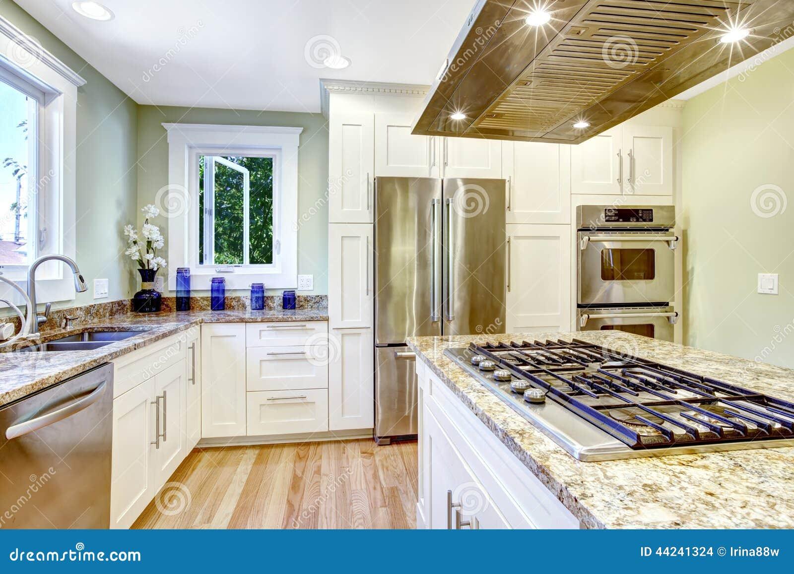 Kücheninsel Mit Eingebautem Ofen, Granitspitze Und Haube Stockfoto ...