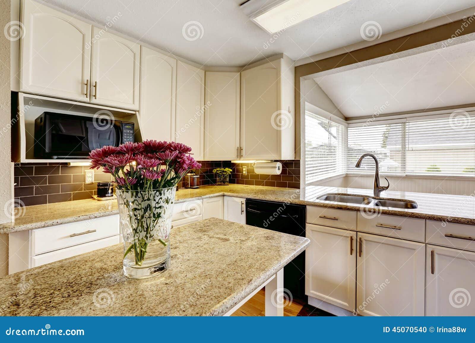 Kücheninsel Mit Granitspitze Und -blumen Stockfoto - Bild: 45070540
