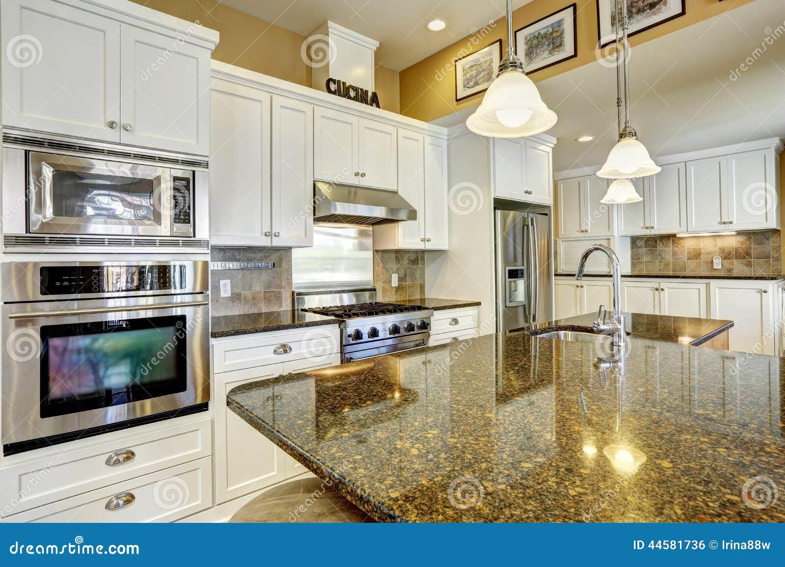 Küchenraum Mit Granitoberteilen Und Weißer Speicherkombination ...