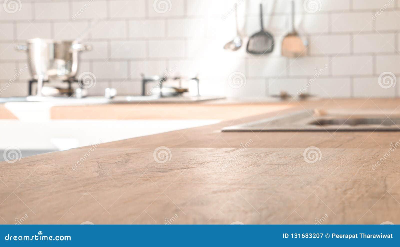 Küchenraum und Hintergrundkonzept - unscharfe braune hölzerne Spitze der Küchenarbeitsplatte mit schönem modernem Weinleseküchenr