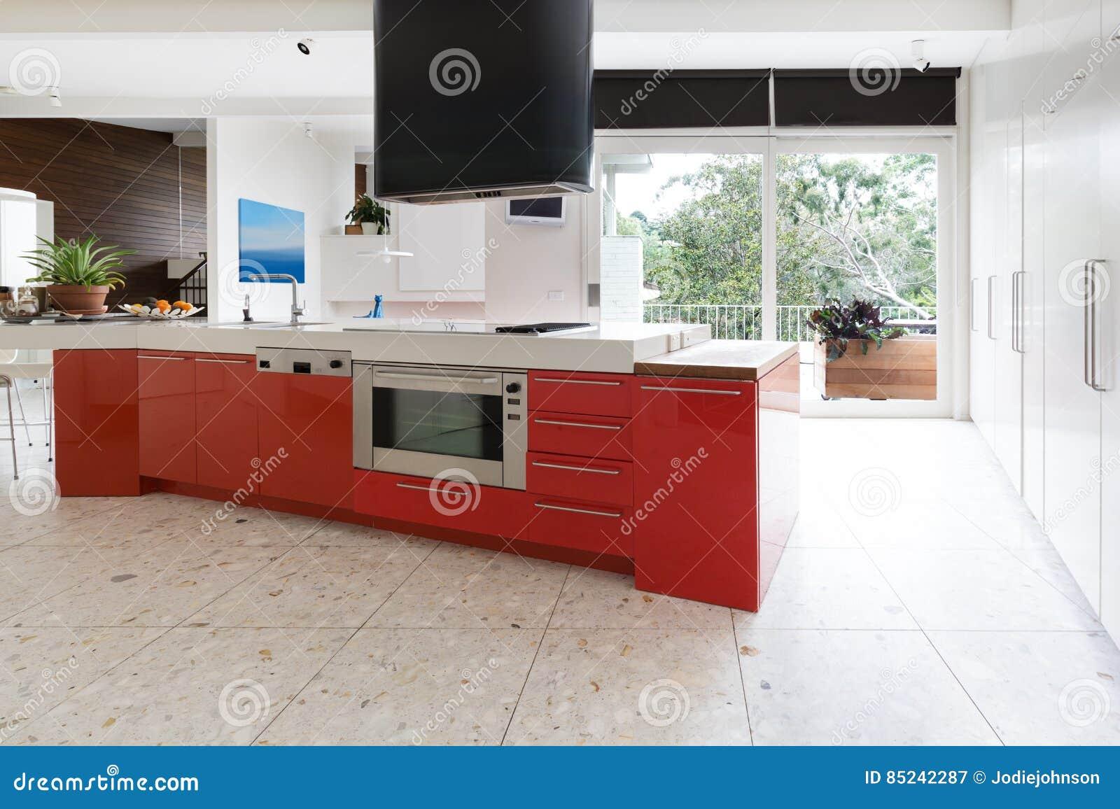 Küchenschränke Des Orange Rotes In Der Insel Setzen In Modernem ...